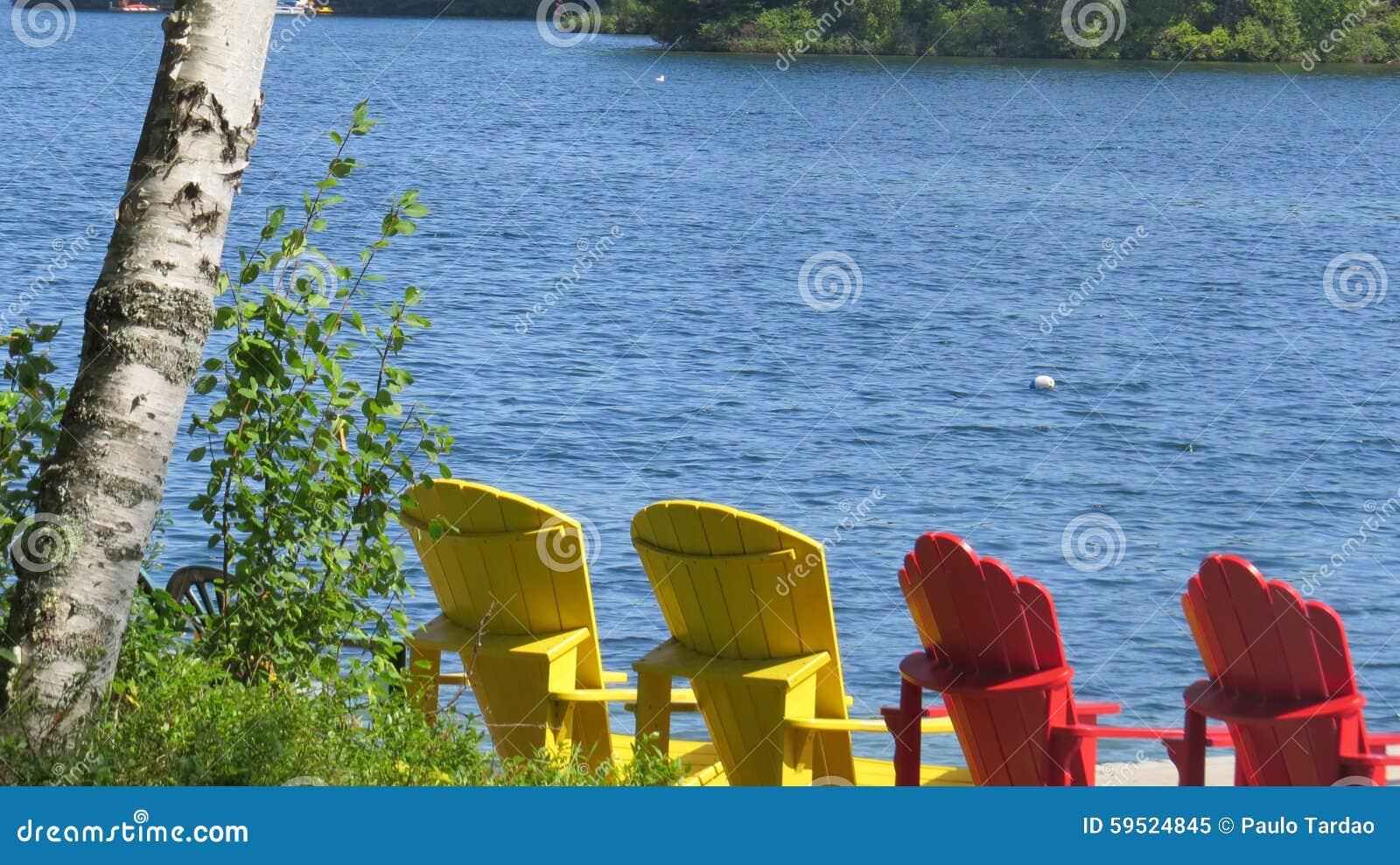 Kom ontspannen op de Muskoka-Stoelen die het Meer onder ogen zien