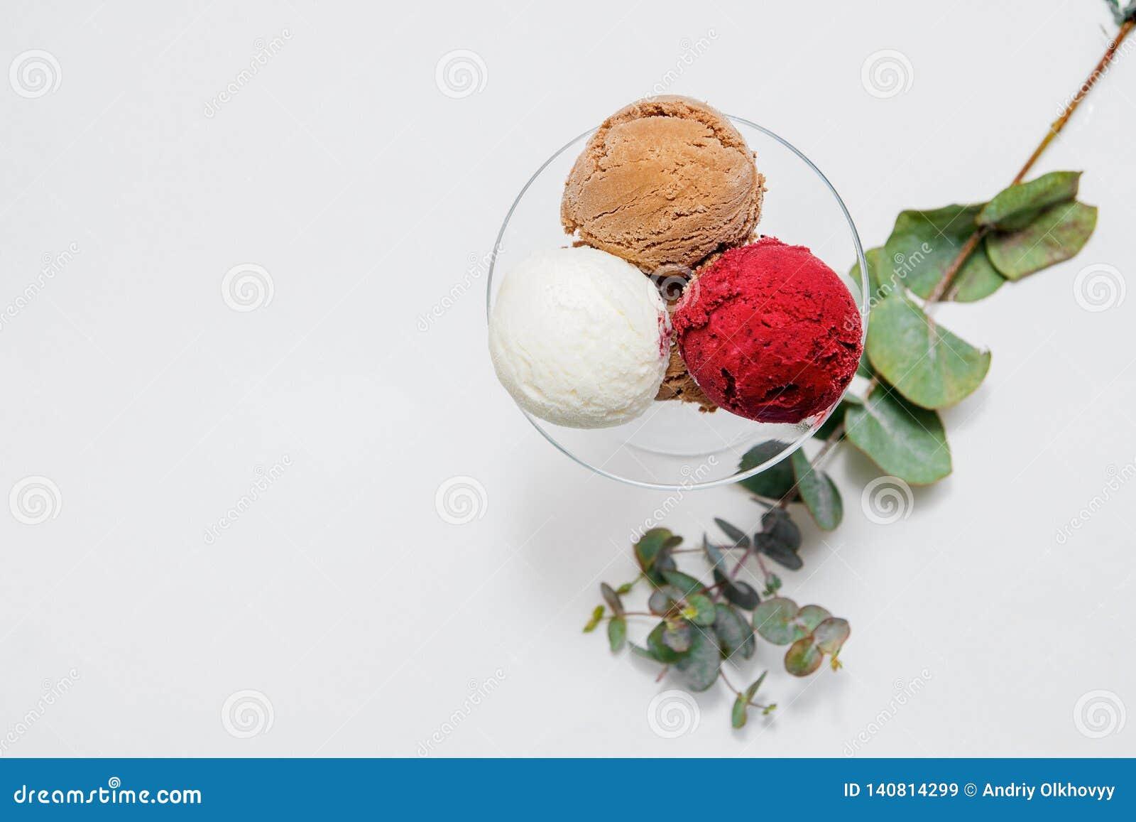 Kom van diverse kleurrijke roomijsballen op witte achtergrond Van hoogste mening