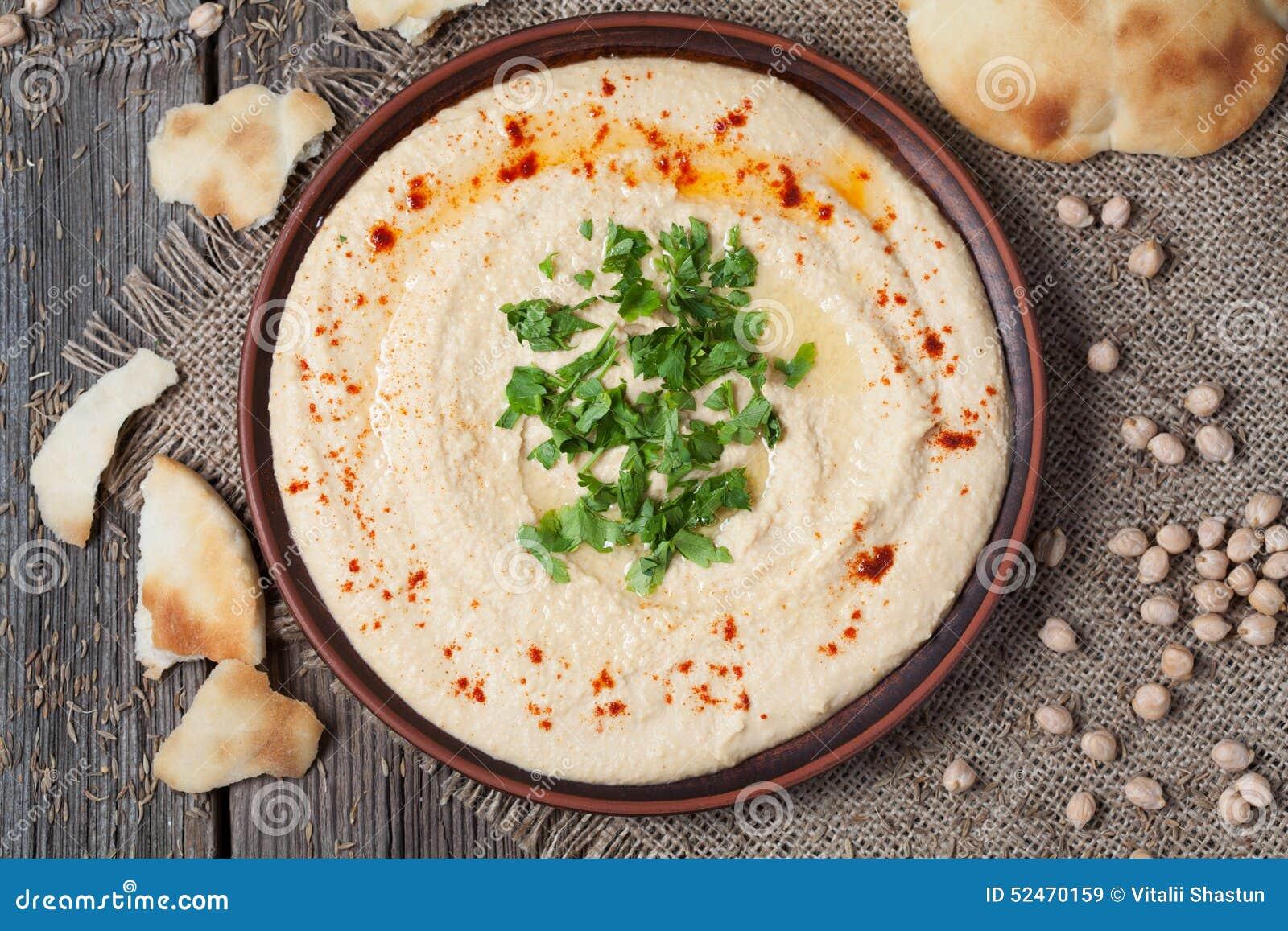 Kom van hummus, romig vegetarisch voedsel met kuiken