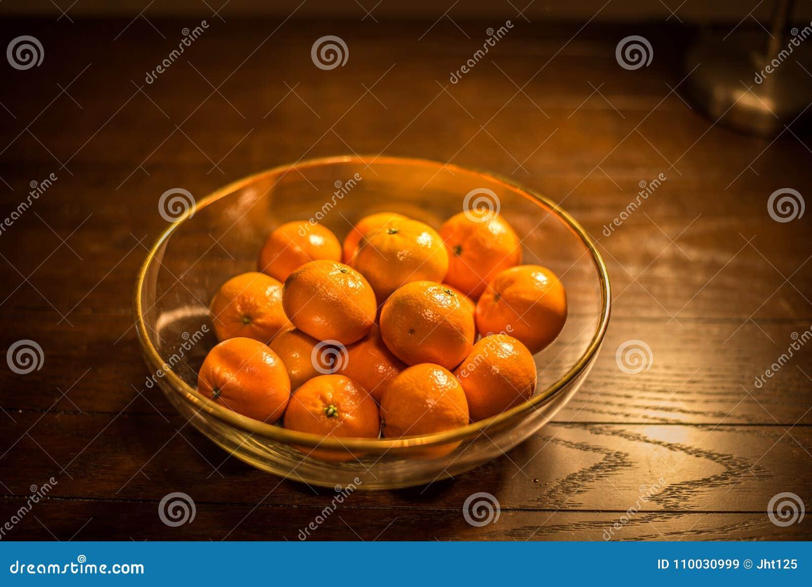 Kom van sinaasappelen op houten lijst
