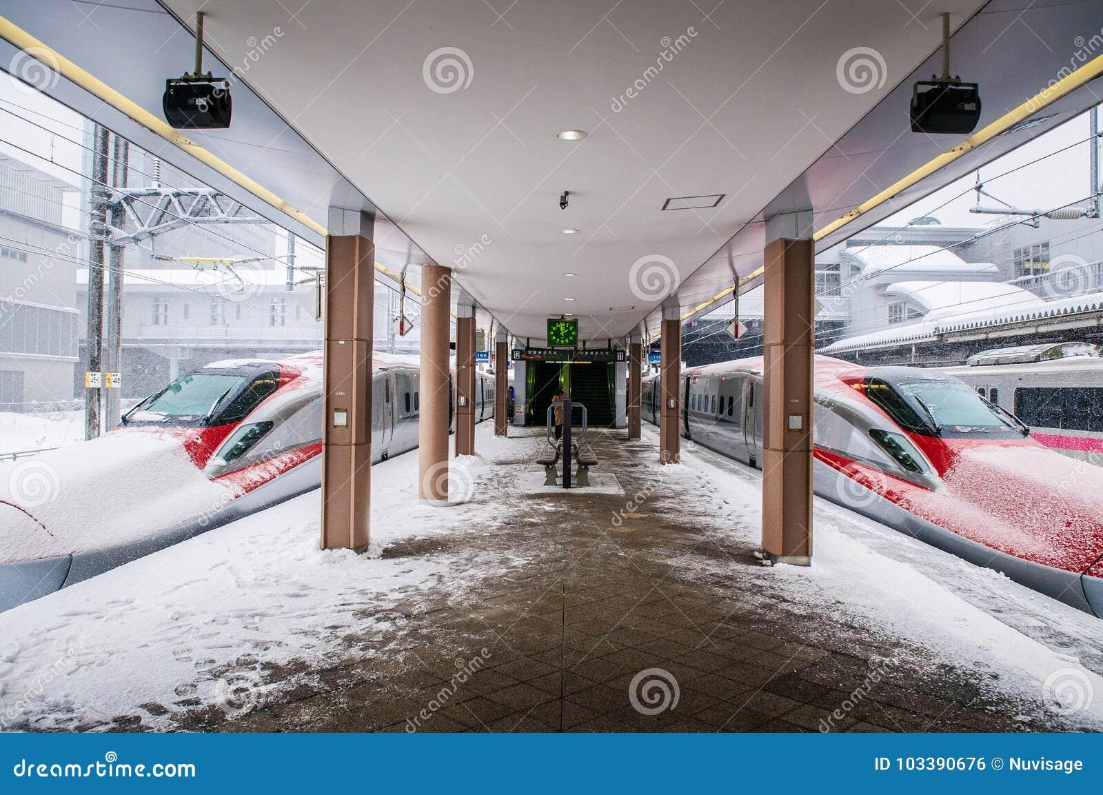 Komachi toppna uttryckliga Shinkansen i vinter på den Akita stationen, Jap