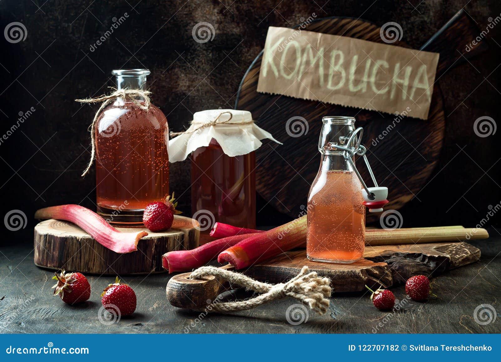Kombucha fermentado caseiro da morango e do ruibarbo Bebida flavored probiótico natural saudável