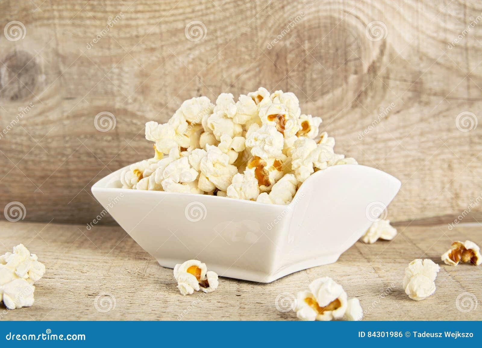Komhoogtepunt van popcorn op houten achtergrond