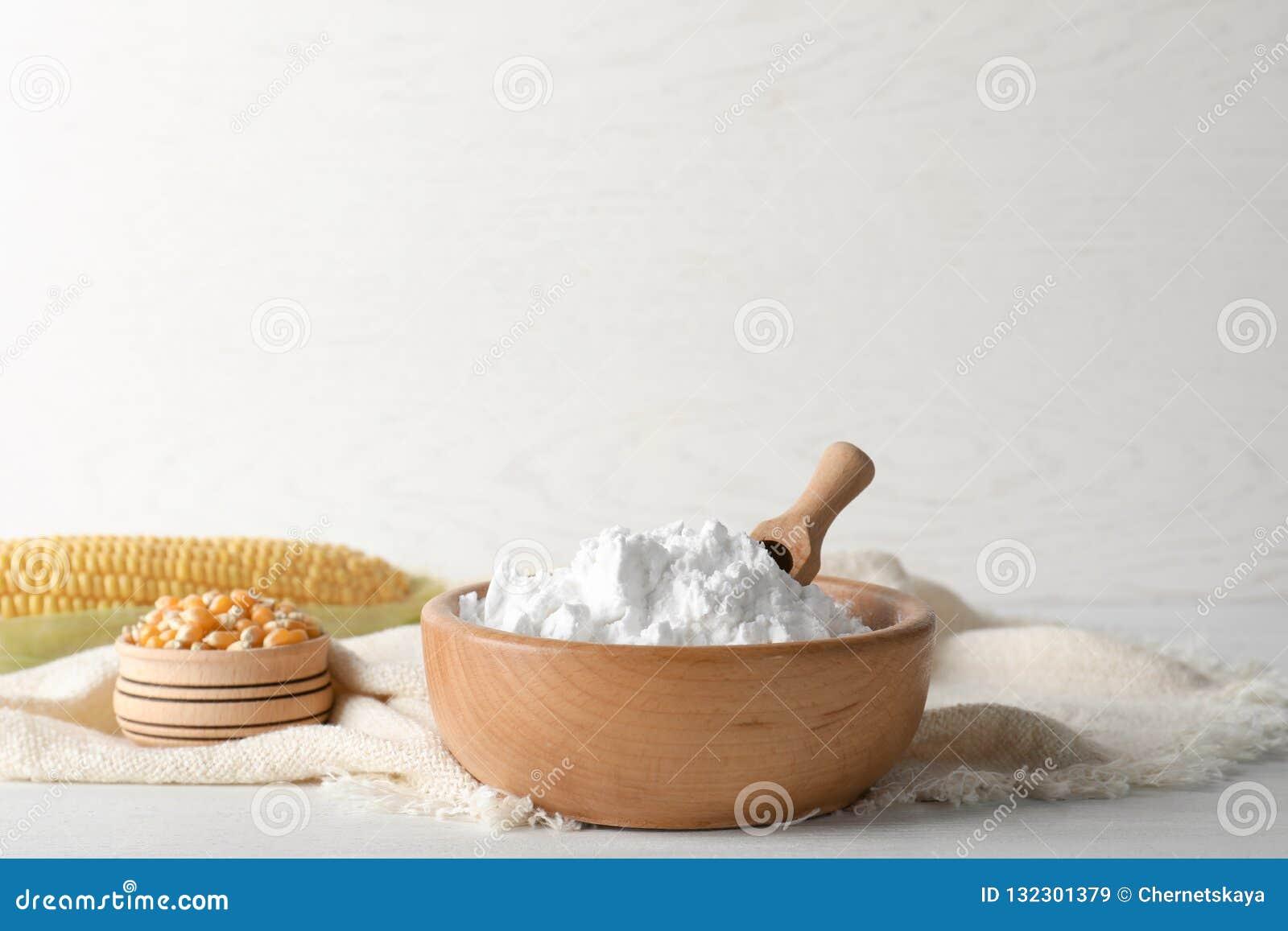 Kommen met maïszetmeel en pitten