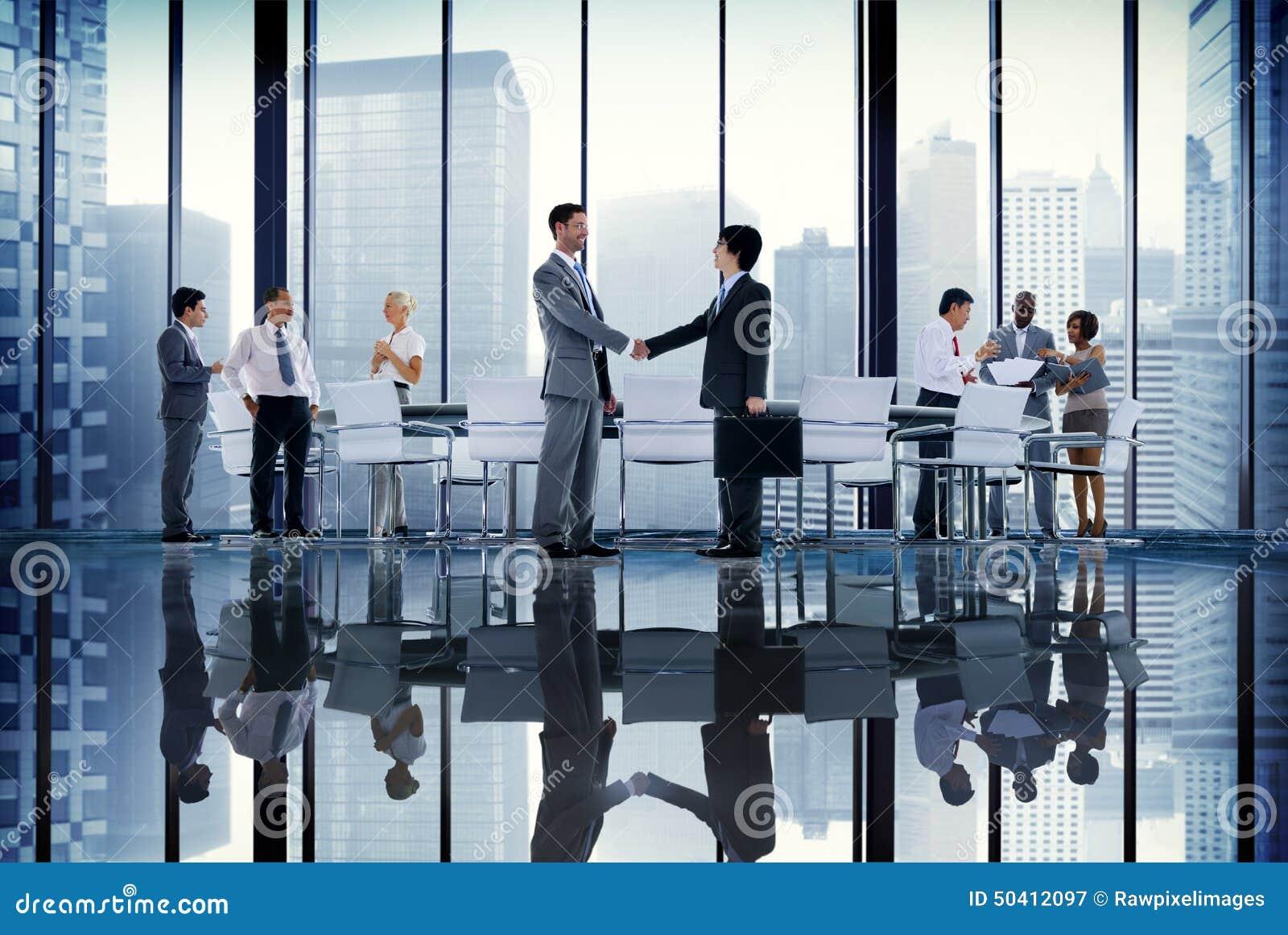 Kommunikation Conce för handskakning för möte för rum för bräde för affärsfolk