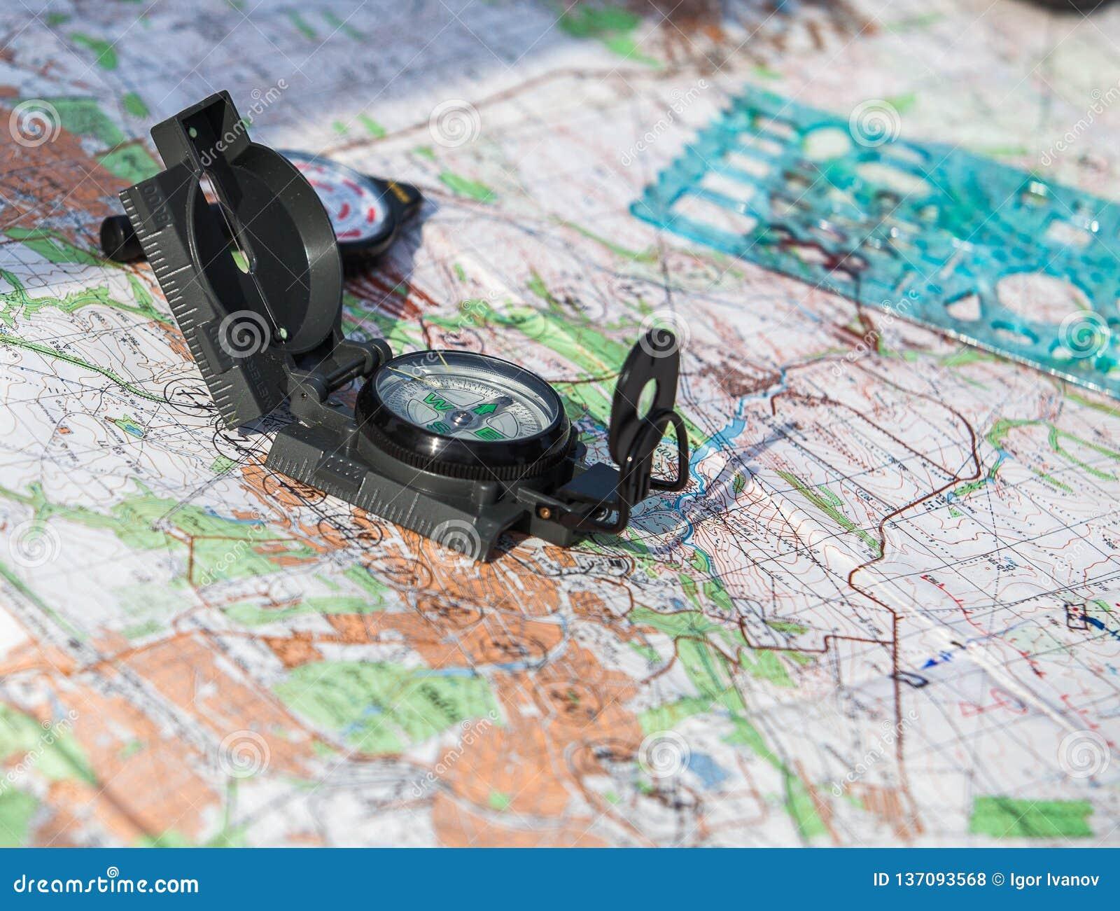 Kompas op een kaart van het gebied