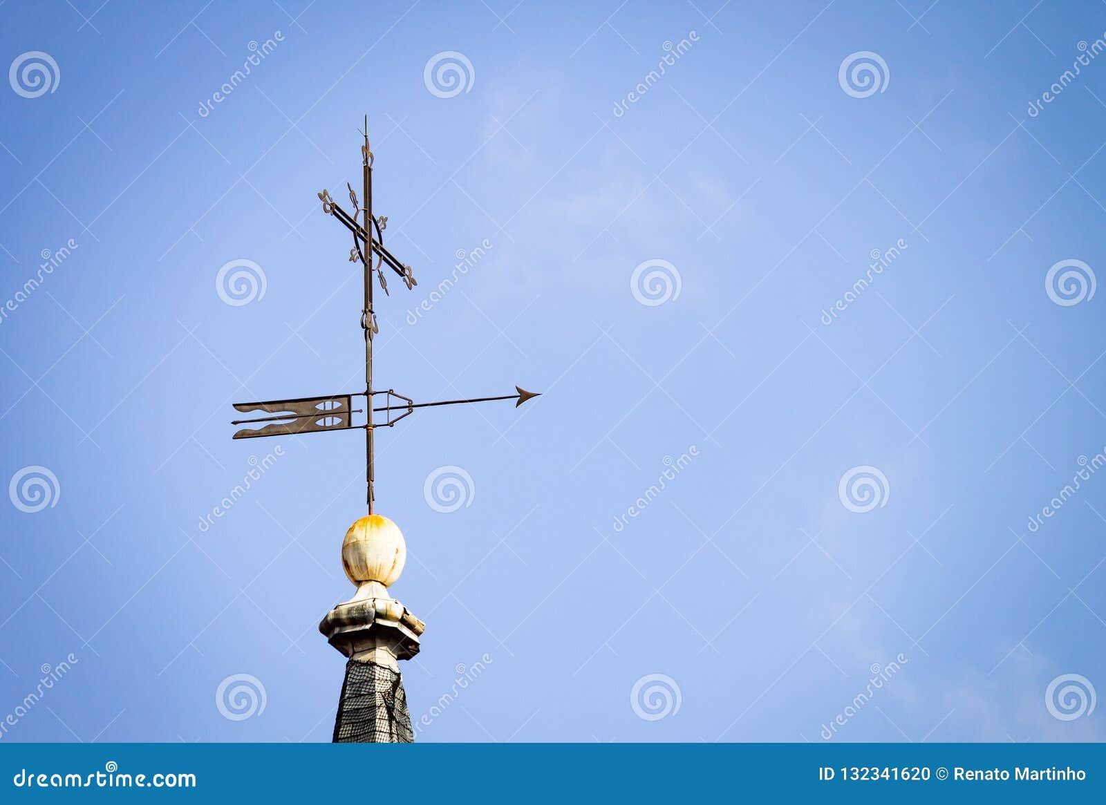 Kompassros på bakgrund för blå himmel