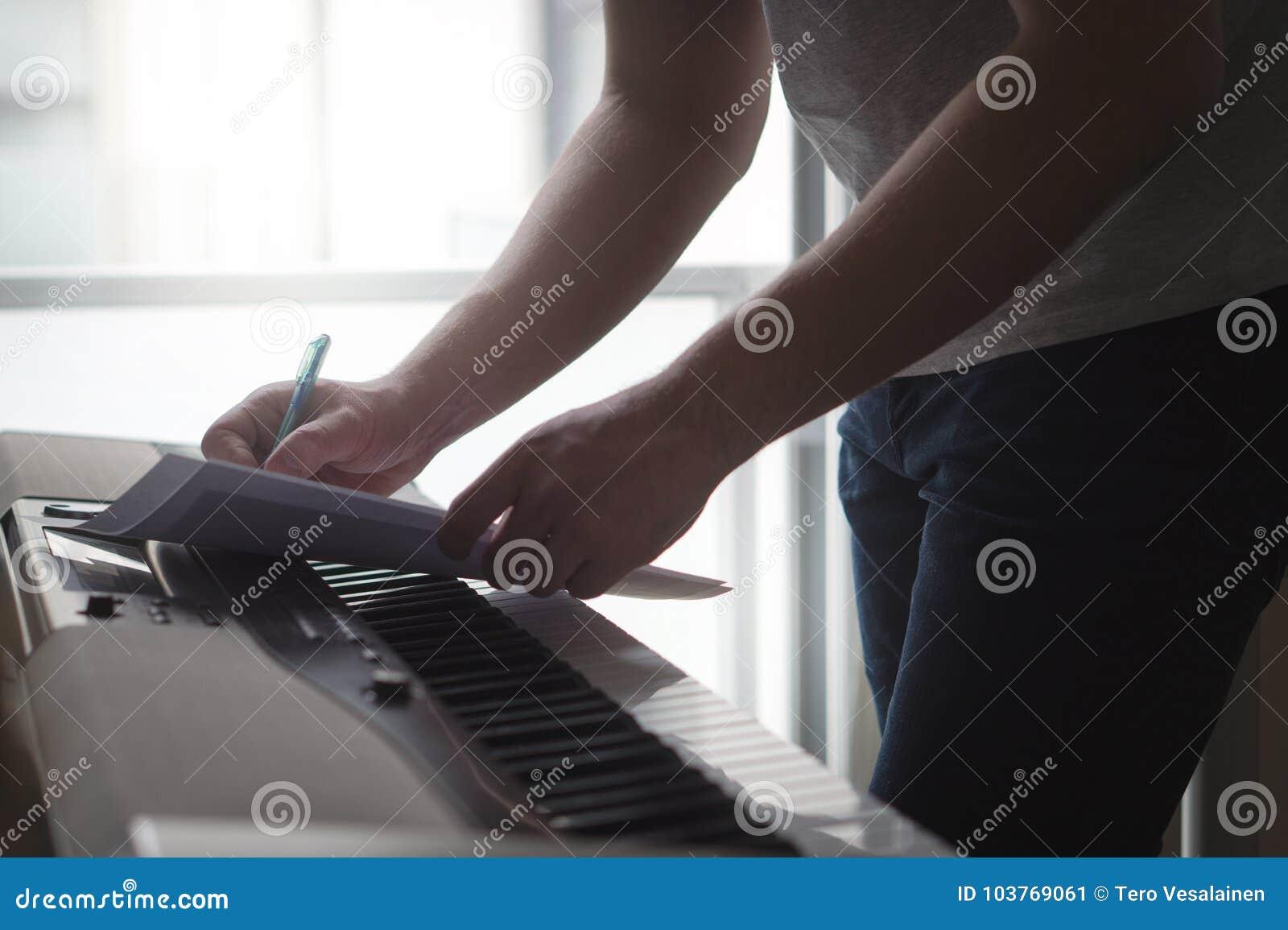 Komponist- und Texter und Komponist-Schreibensanmerkungen oder -Lyriken auf Papier