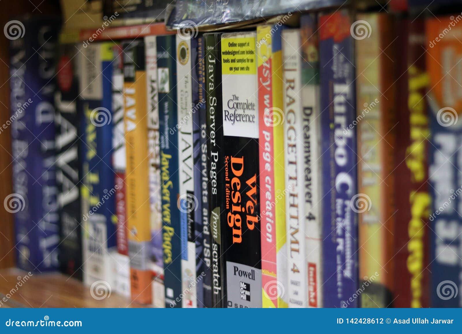 Komputer książki w półce