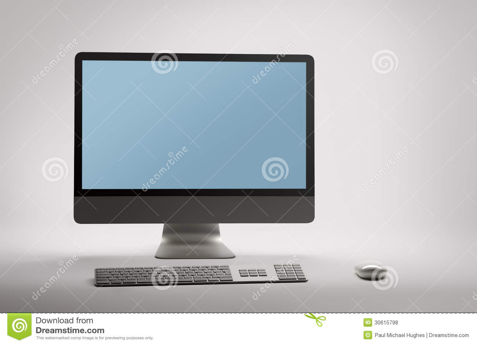 Komputer stacjonarny z pustym pustym ekranem