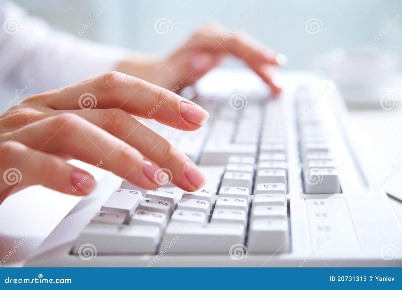 Komputer wręcza klawiaturę