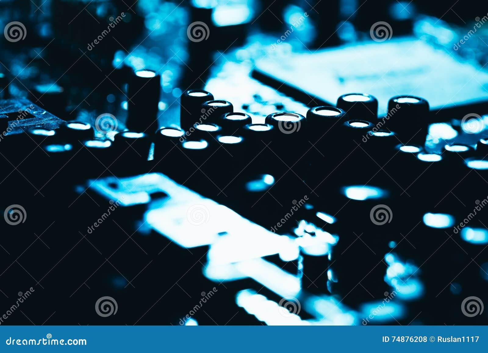 Komputerowa płyta główna w błękitnym ciemnym tła zakończeniu