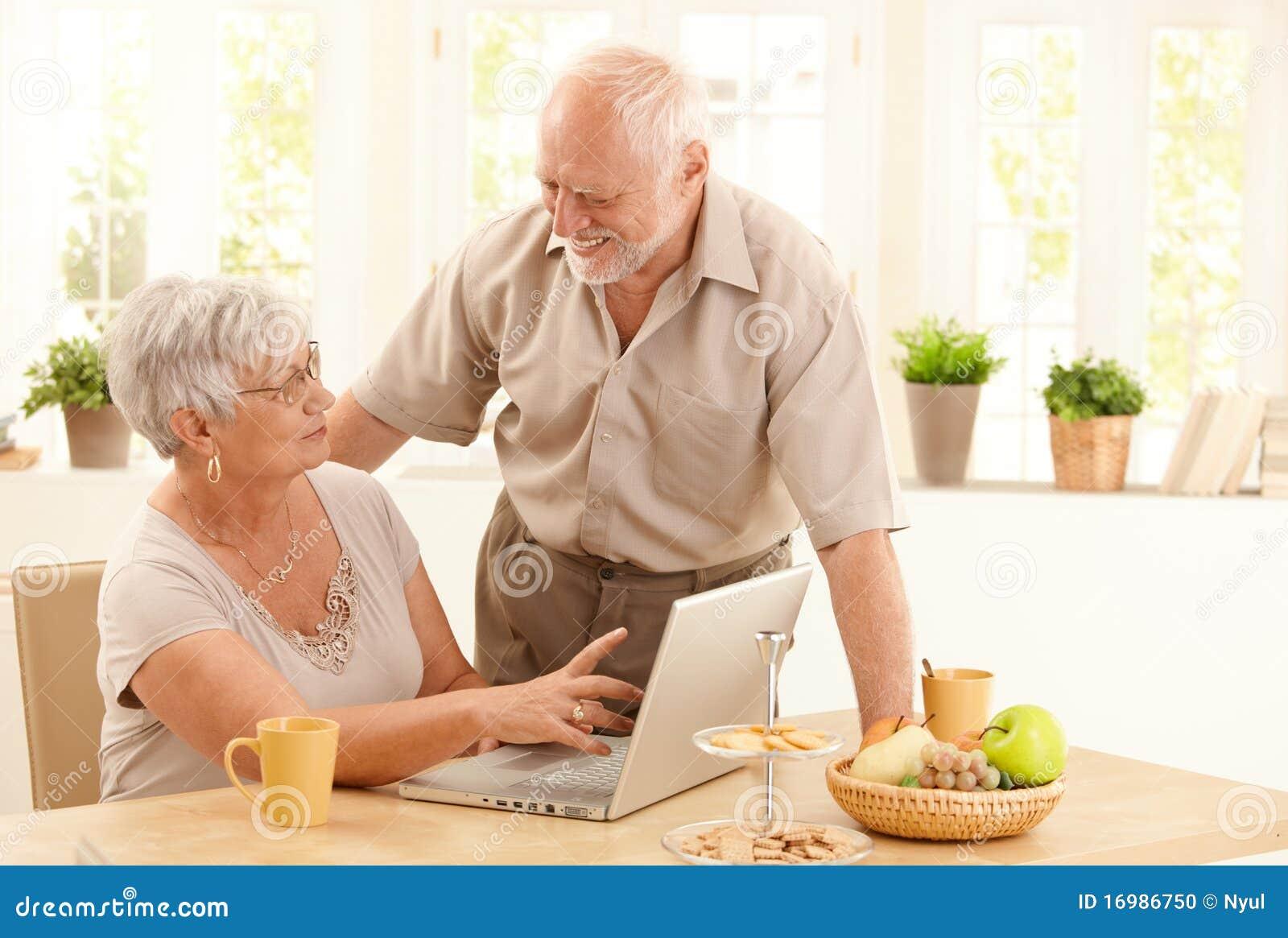 Komputerowej pary szczęśliwy domowy senior