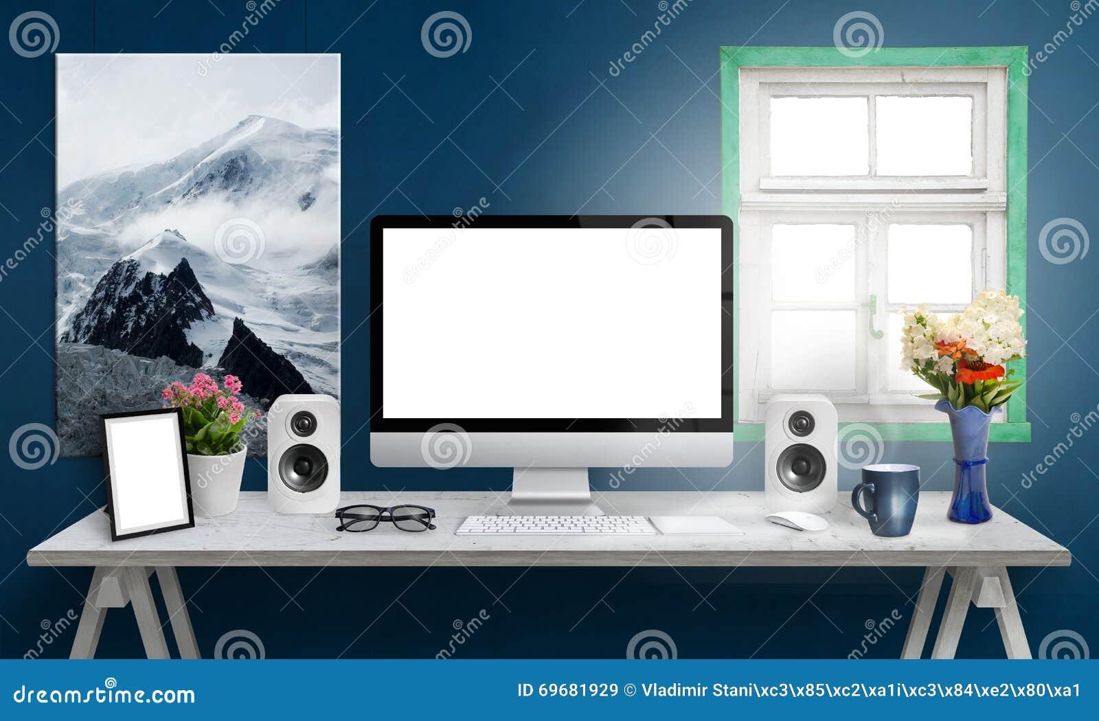 Komputerowy pokaz na biurowym biurku , bielu ekran dla mockup