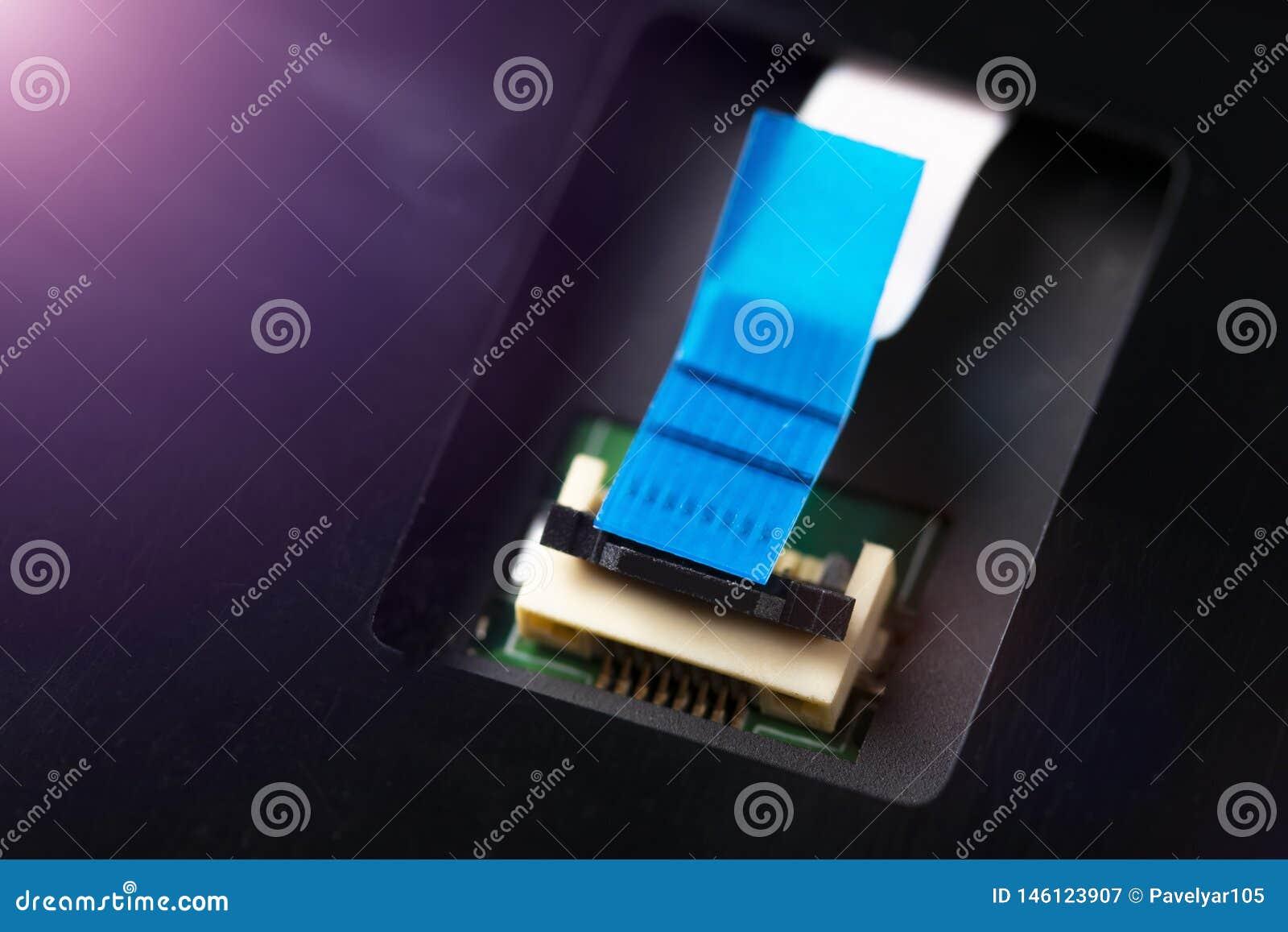 Komputerowy w??cznik i kabel na procesor elektronicznej desce