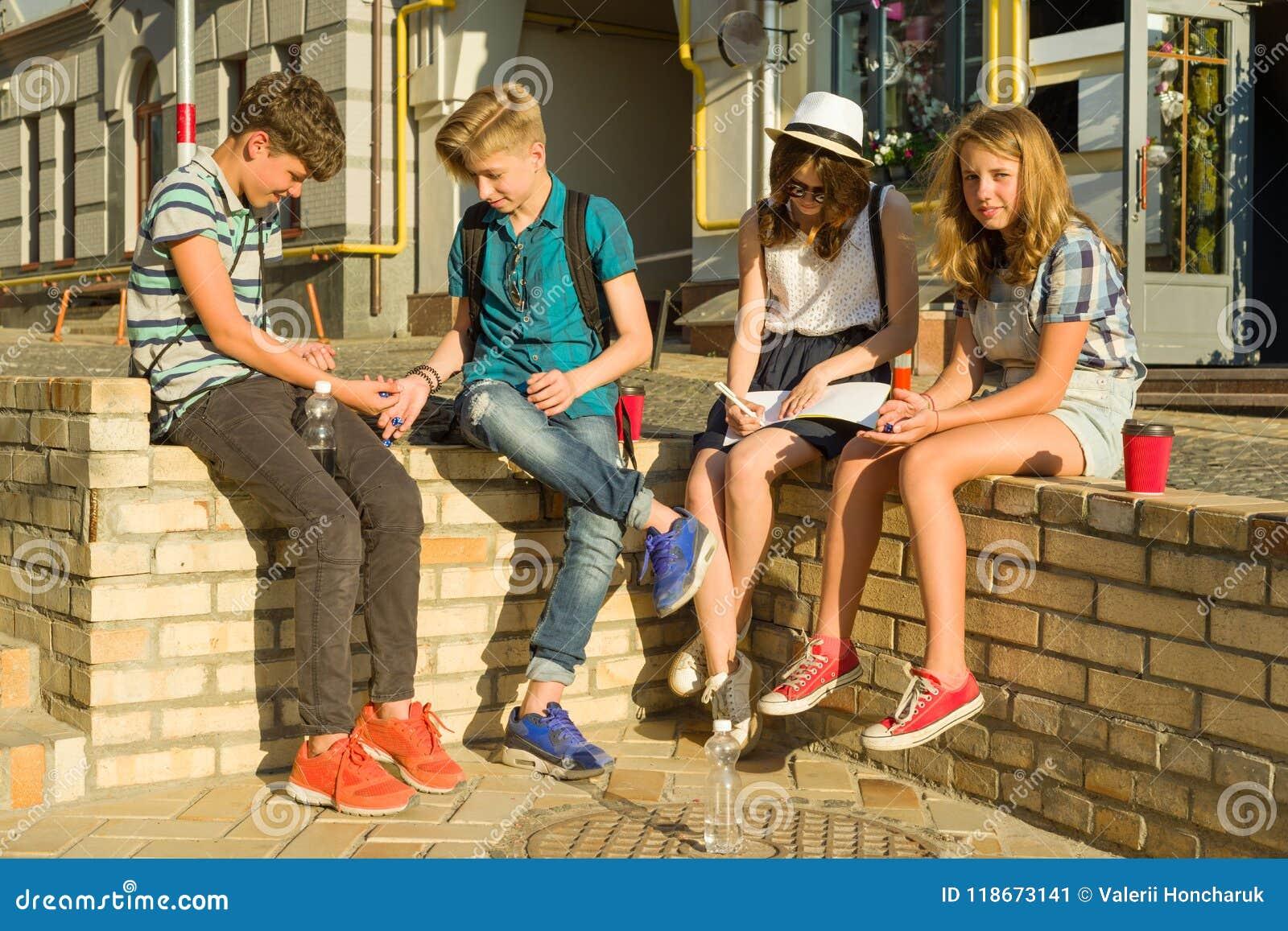 Komunikaci i odtwarzania grupa 4 dziecko nastolatka Przyjaciele bawić się grę planszowa, rzuca kostka do gry