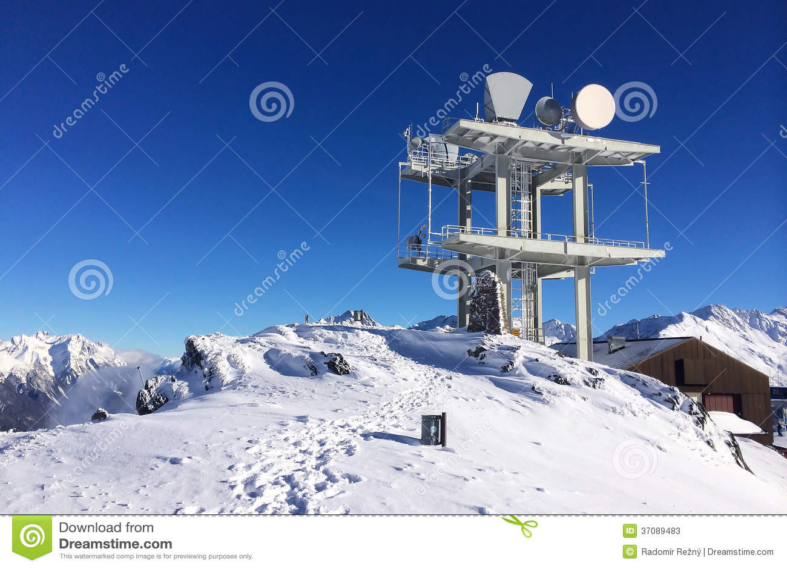 Download Komunikacyjny Anteny Wierza W Wysokich Górach Obraz Stock - Obraz złożonej z pilony, sceniczny: 37089483