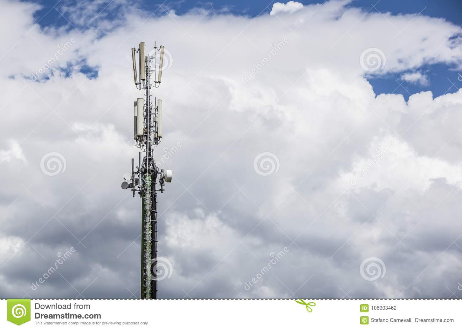 Komunikacyjny słup na niebieskim niebie z chmurą