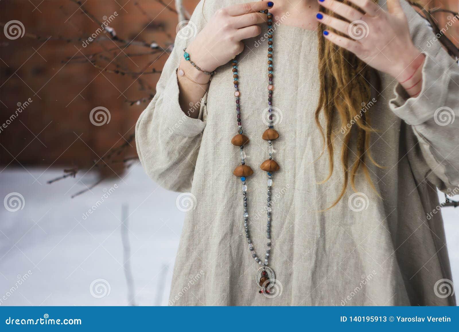 Koncentrerade bärande radbandpärlor för kvinna close upp