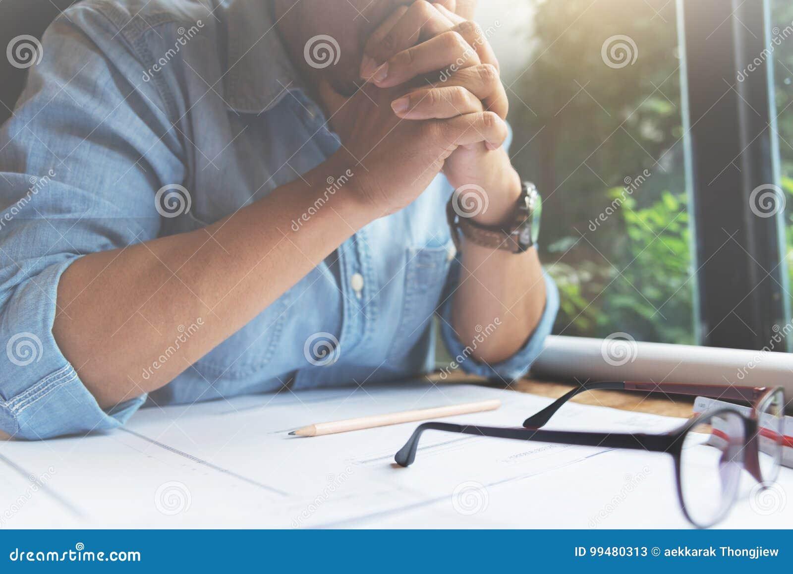Koncentrerat av den märkes- mannen som tänker om hans
