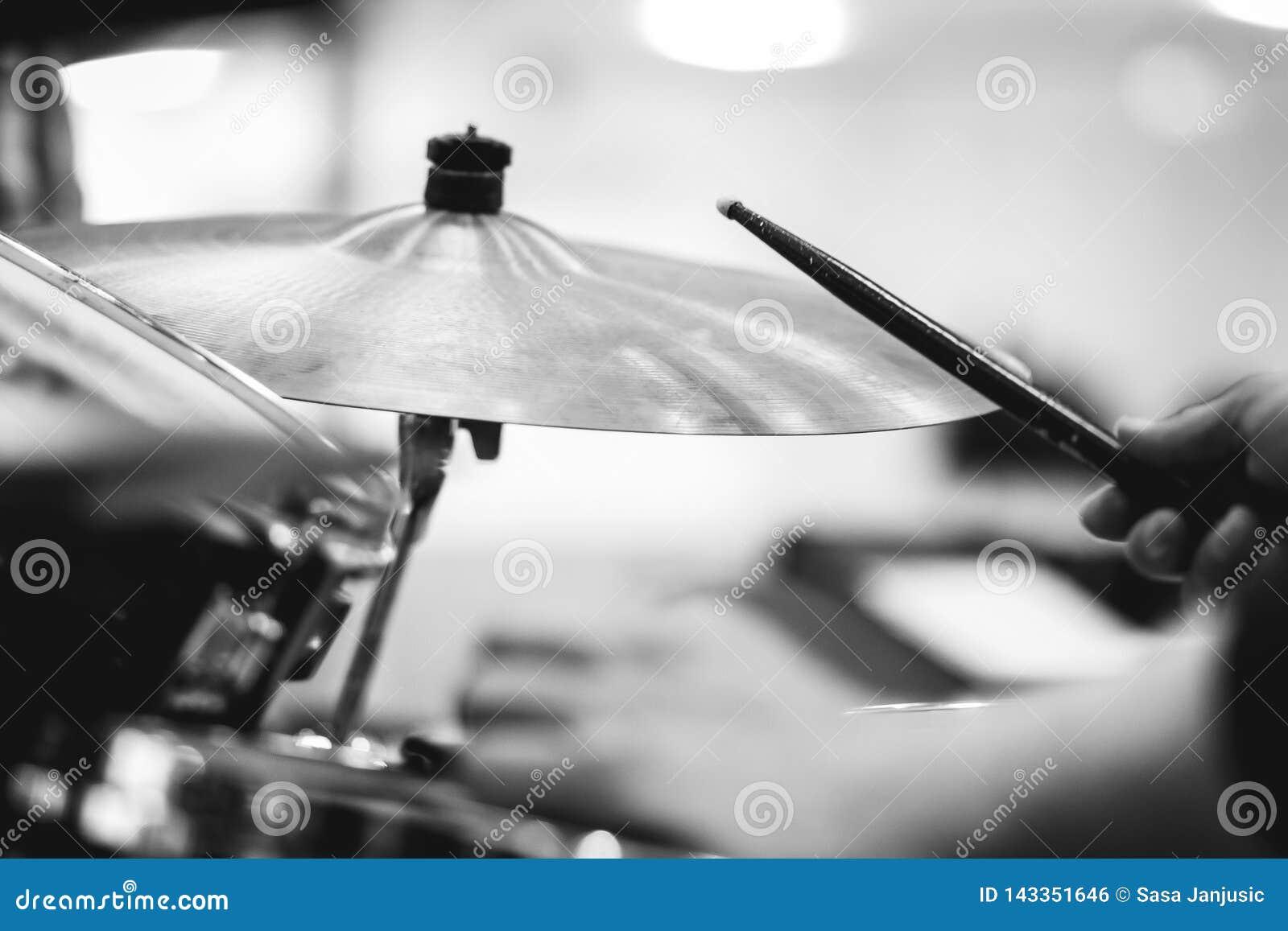 Koncepcja perkusista bębny muzyczną grać rock