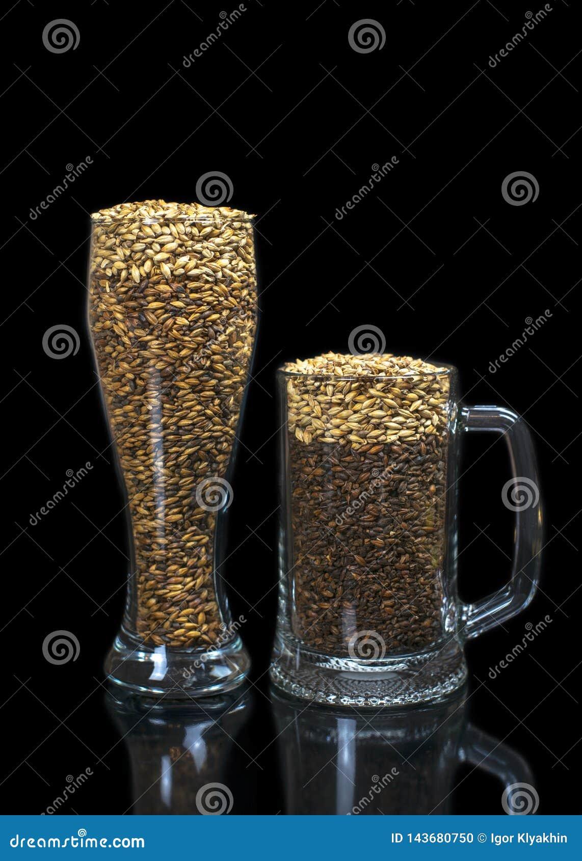 Konceptualna fotografia symuluje piwo od zmroku i ?wiat?a s?odu w piwnym szkle