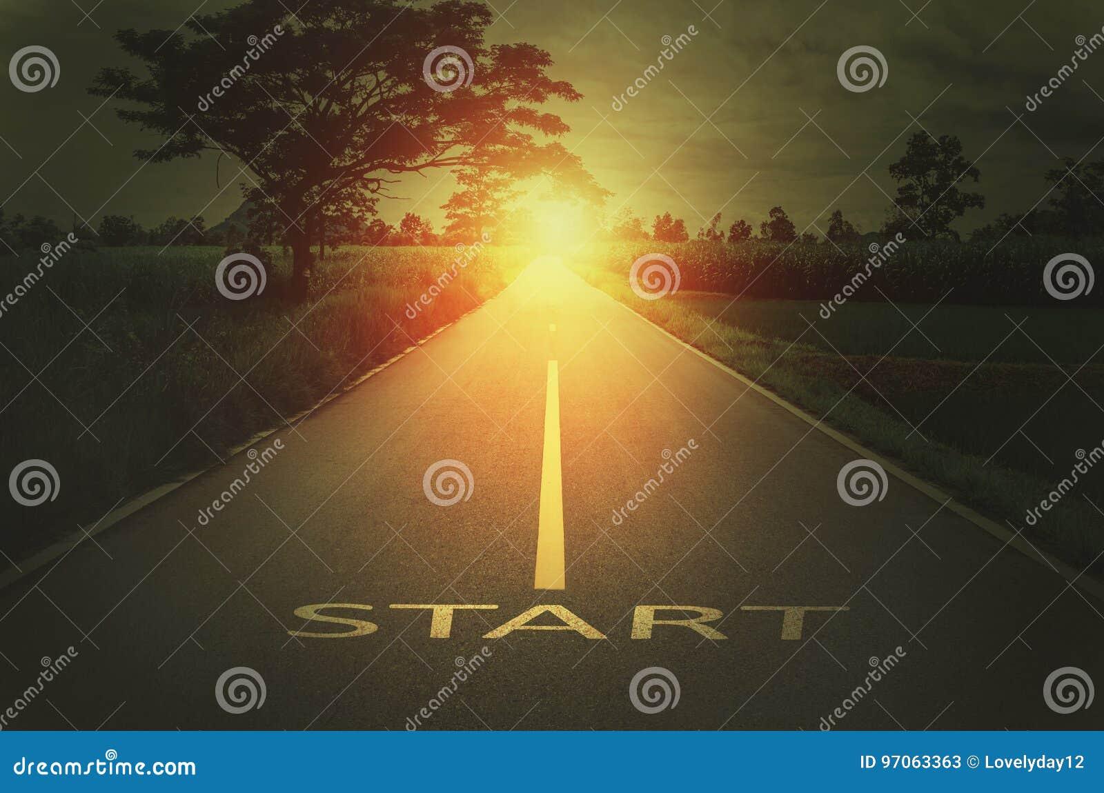 Konceptualny wizerunek z teksta słowa początkiem na asfaltowej drodze