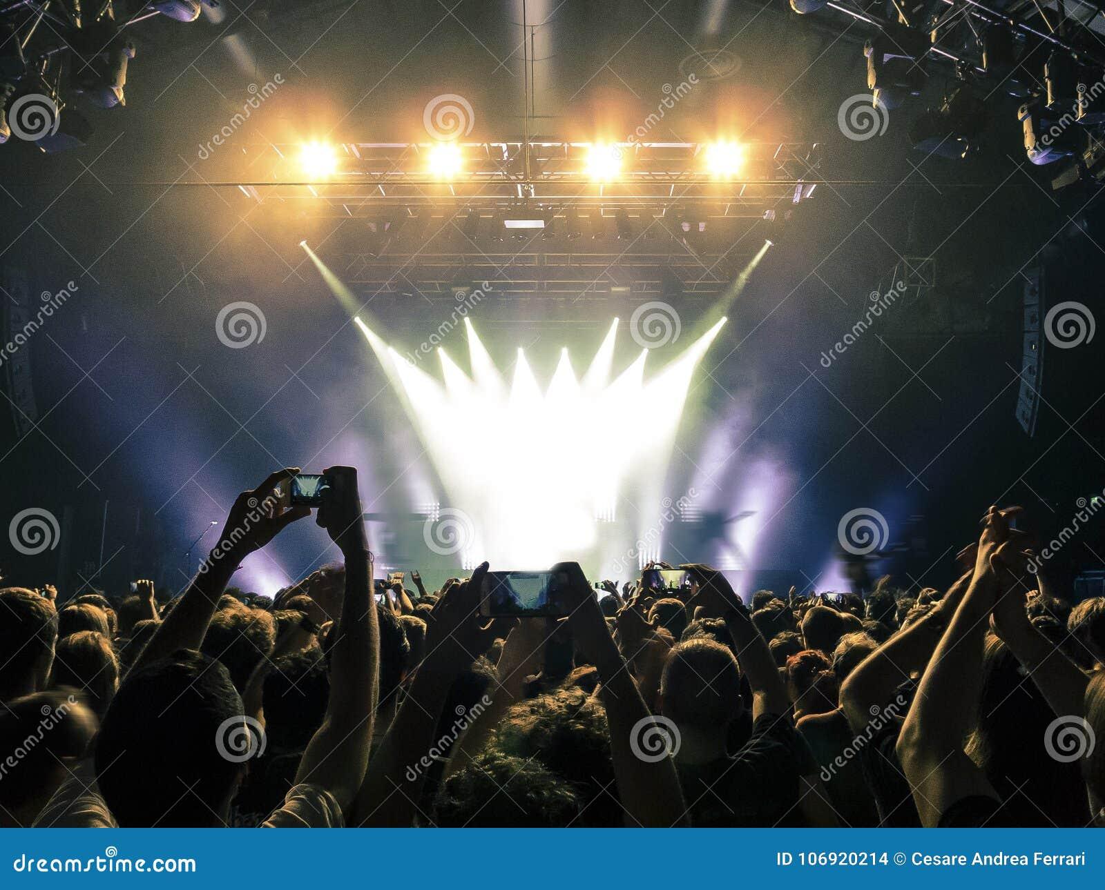 Koncertowy tłum przed scen światłami
