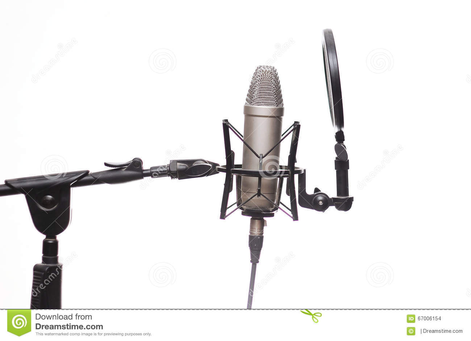 Kondensator Mic On Stand In Studio som isoleras på vit