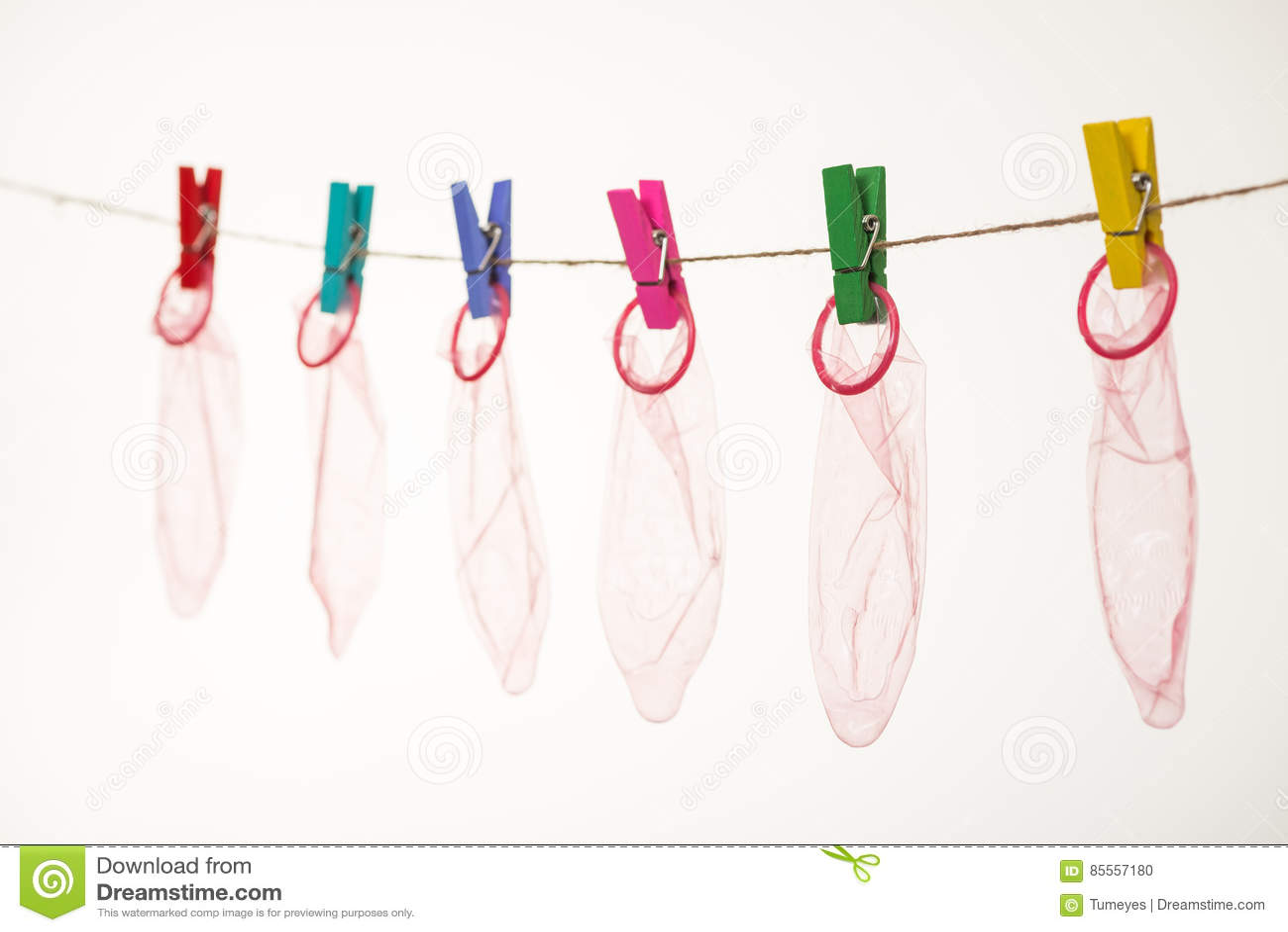 Kondome, die am Seil hängen