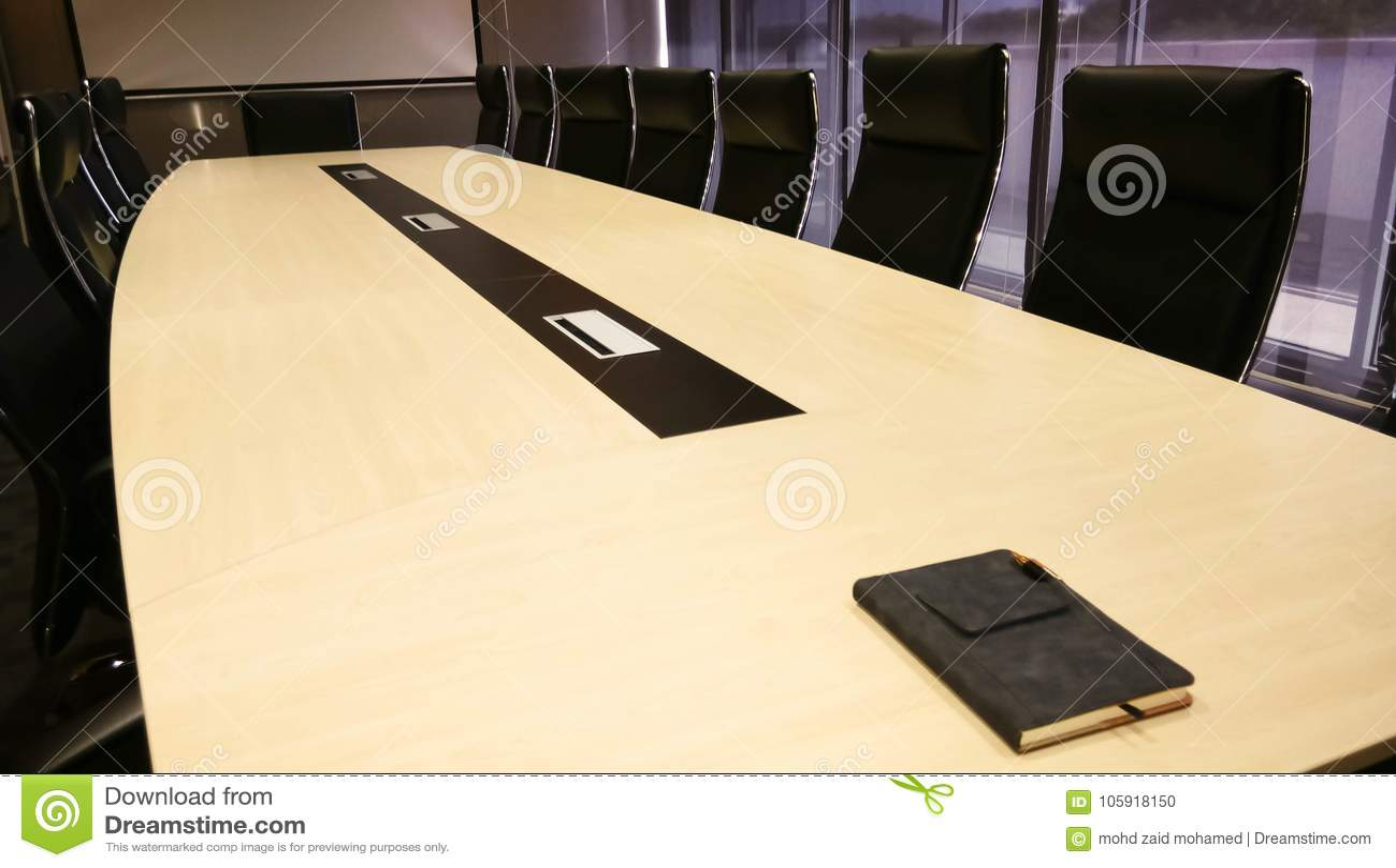 Konferencja lub pokój konferencyjny z pomarańczowym oświetleniem jako backdrope