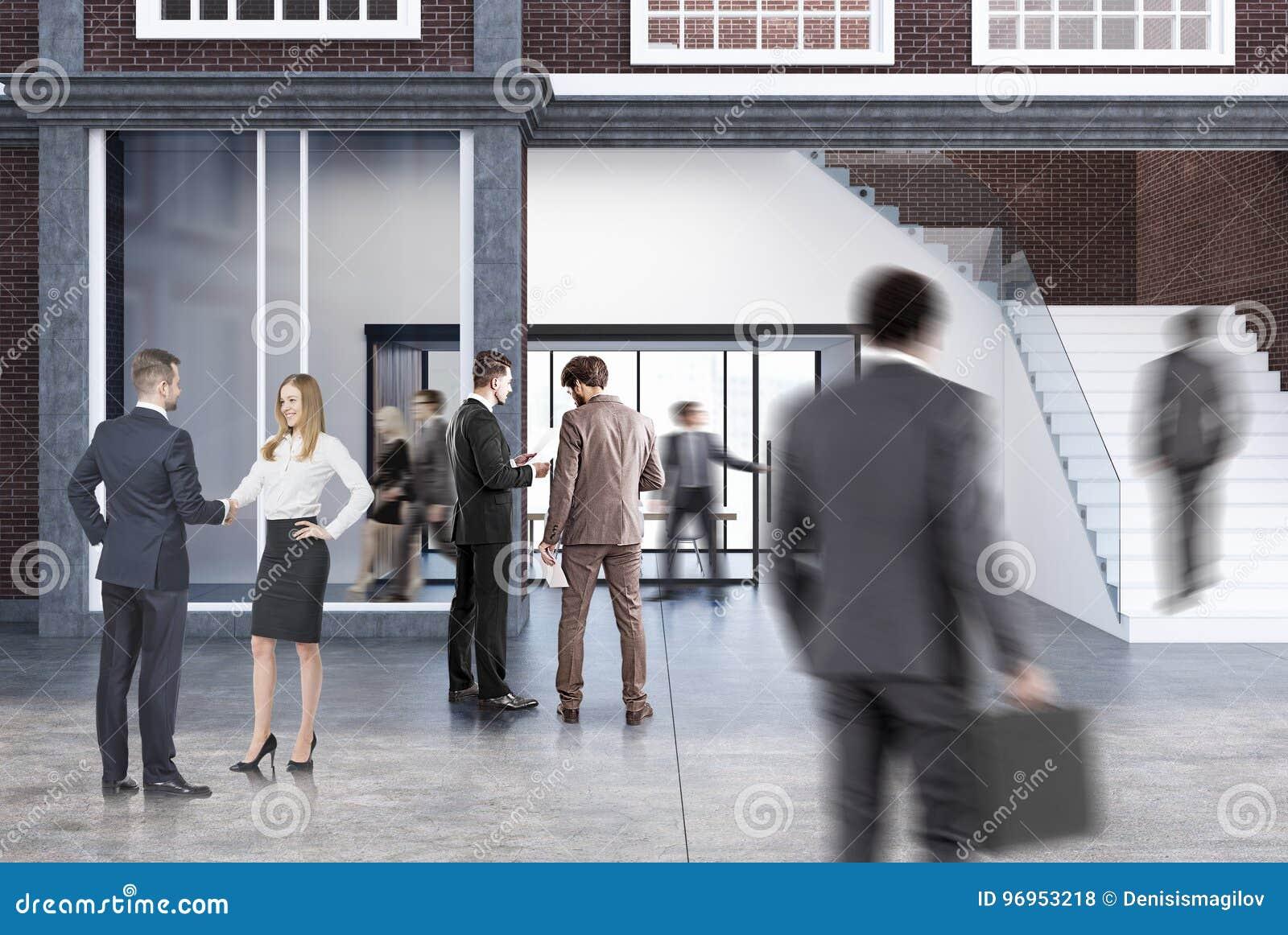 Konferensrum i ett kontor med en trappuppgång, män