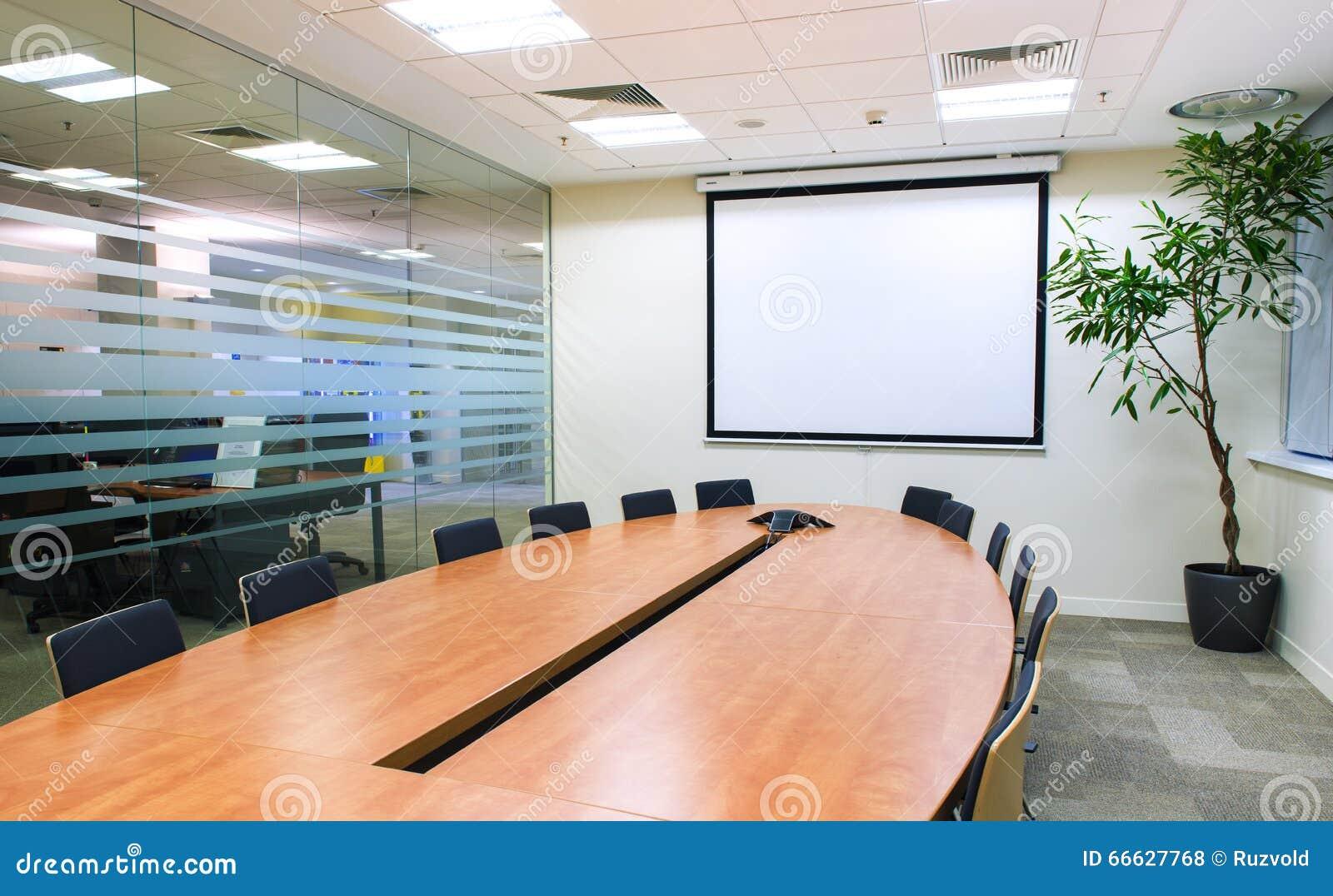 Konferenzzimmer mit Fernsehprojektor