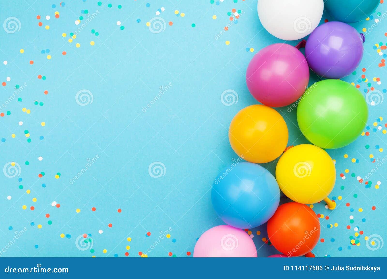 Konfettier och färgrika ballonger för födelsedagparti på blå bästa sikt för tabell lekmanna- stil för lägenhet