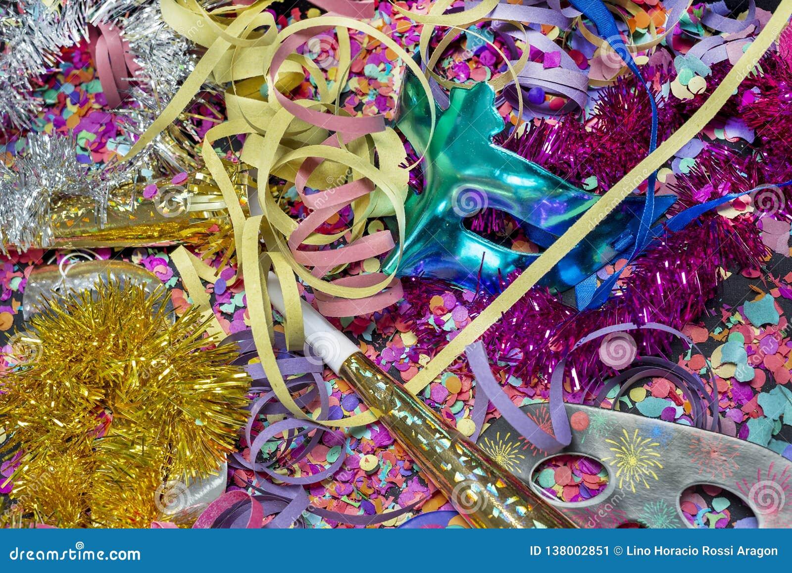 Konfettier och mångfärgade banderoller med karnevalmaskeringar