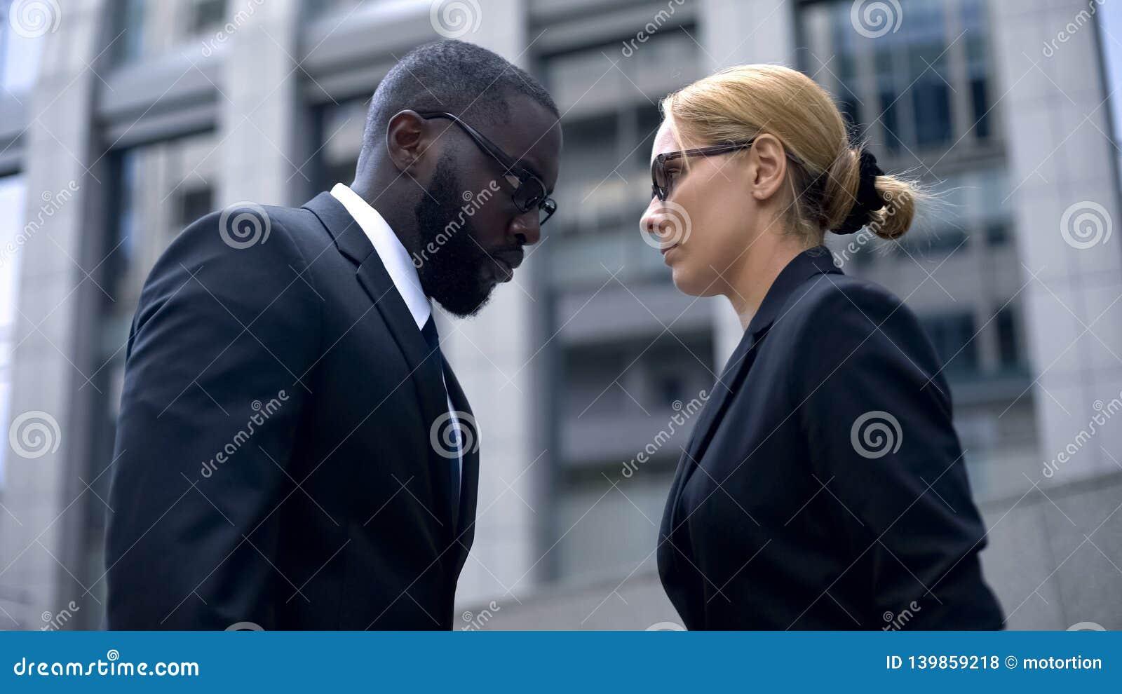 Konfrontacja biznesowi rywale, partnery opiera czoła, nienawiść i pozazdroszczenie,