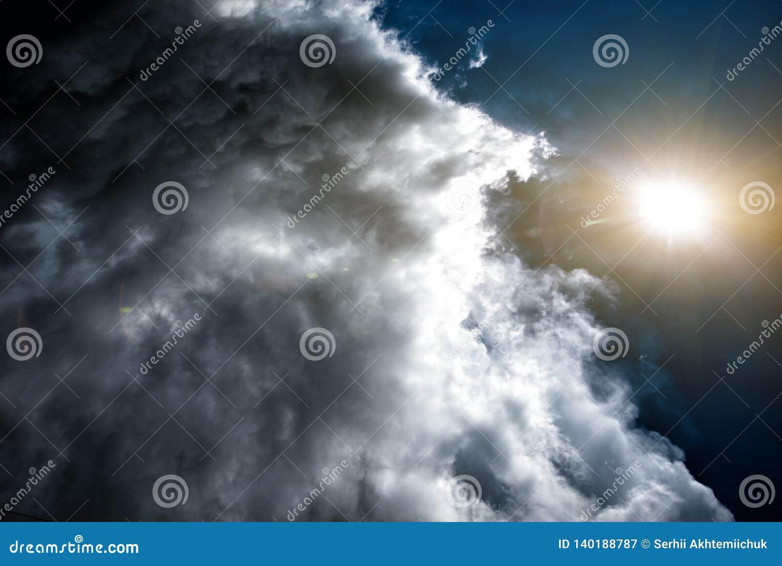 Konfrontacja pogoda: słońce i chmury Pojęcie: konfrontacja między ludźmi