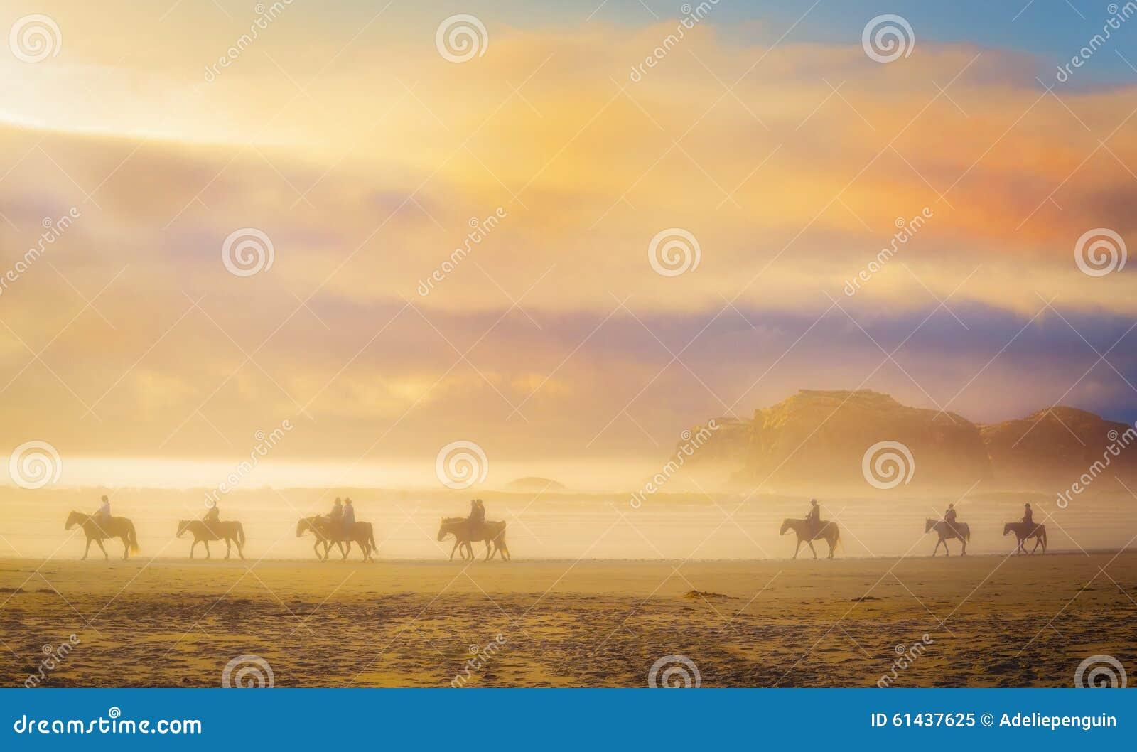 Konie w mgle, przy zmierzchem, Oregon
