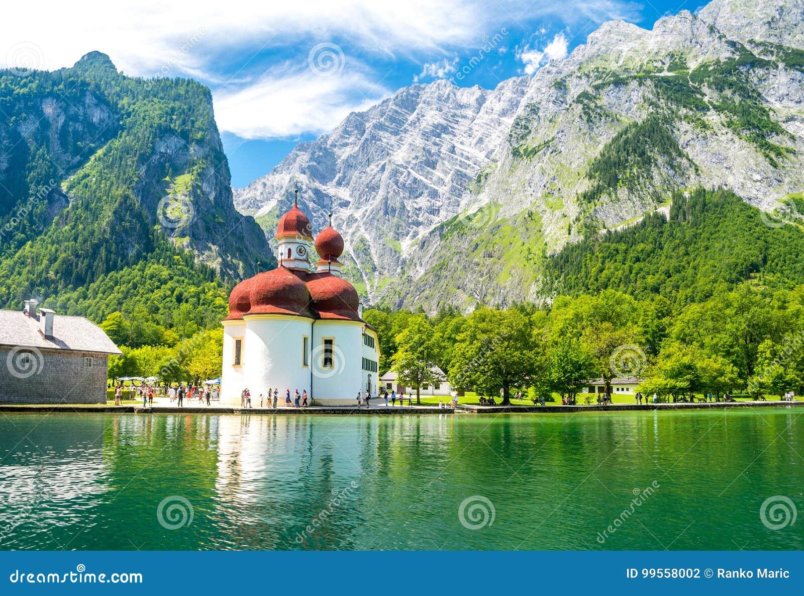 Konigsee sjö med den St Bartholomew kyrkan som omges av berg, Berchtesgaden nationalpark, Bayern, Tyskland
