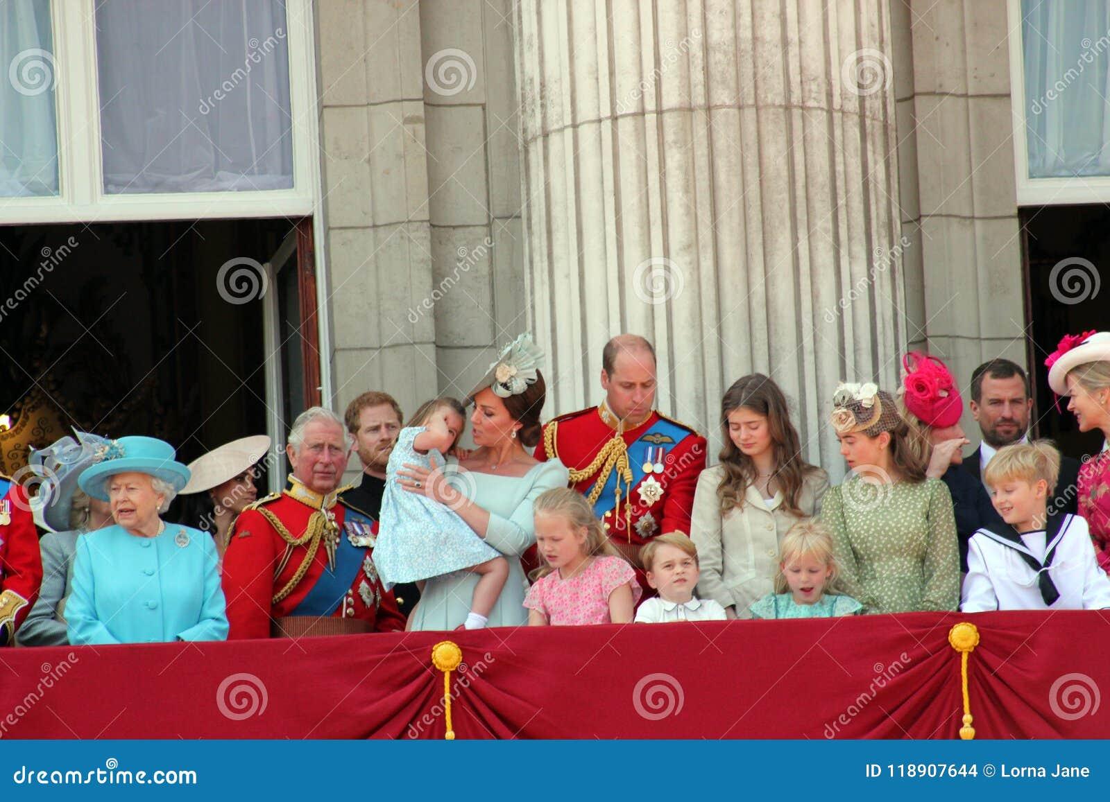 Koningin Elizabeth, Londen, het UK, 9 Juni 2018 - Meghan Markle, Prins Harry, Prins George William, Charles, Kate Middleton & Pri