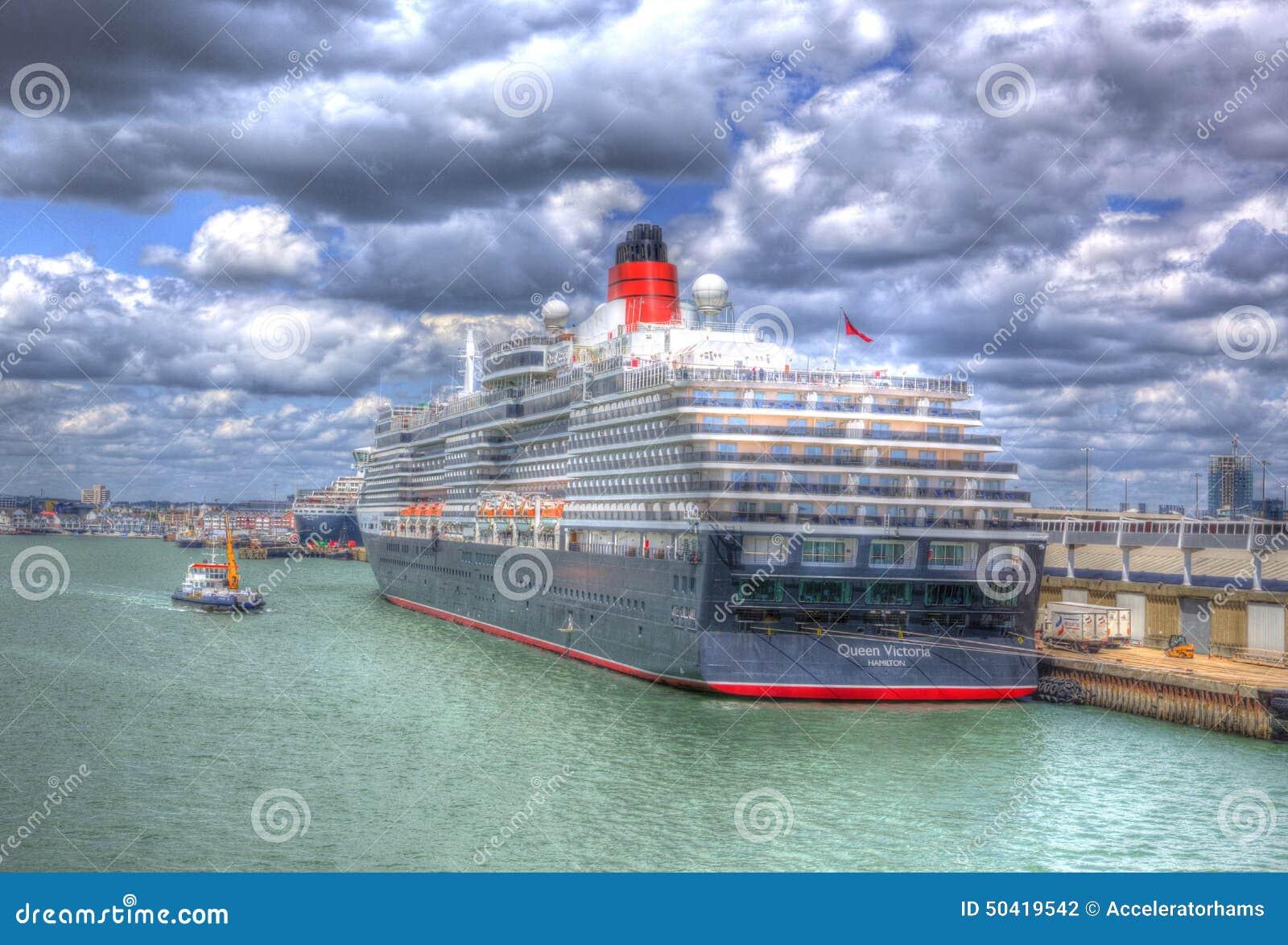 Koningin Victoria met een kleine sleepbootboot Southampton dokt Engeland het UK als het schilderen in HDR