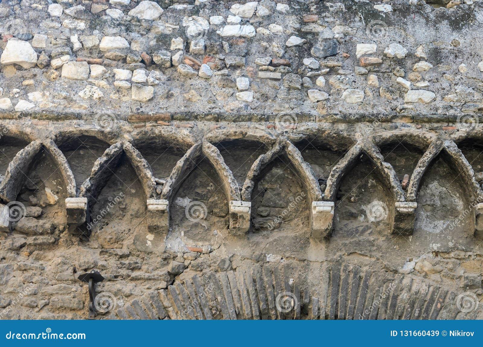 Konkreta modeller på en antik tegelstenvägg