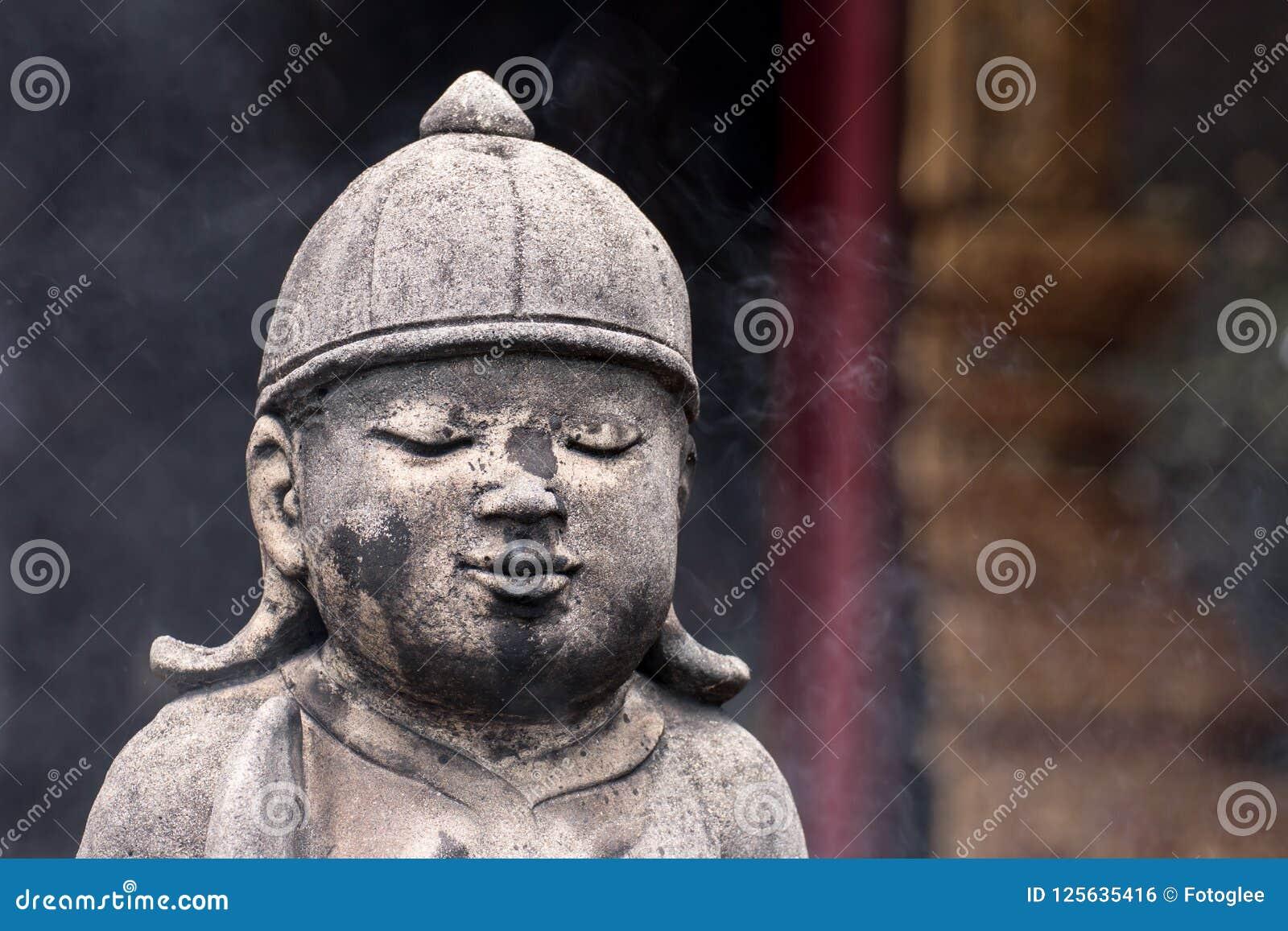 Konkreta statyer för tappning i Wat Chai Mongkon - buddistisk tempel,