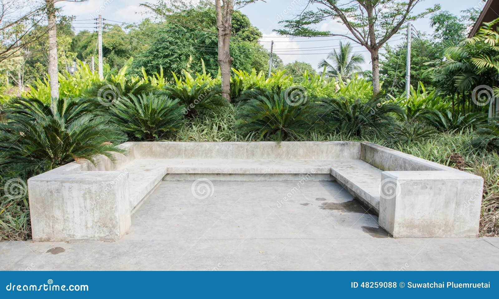 Konkrete bank im garten stockfoto bild von kunst modern for Bancos de granito para jardin