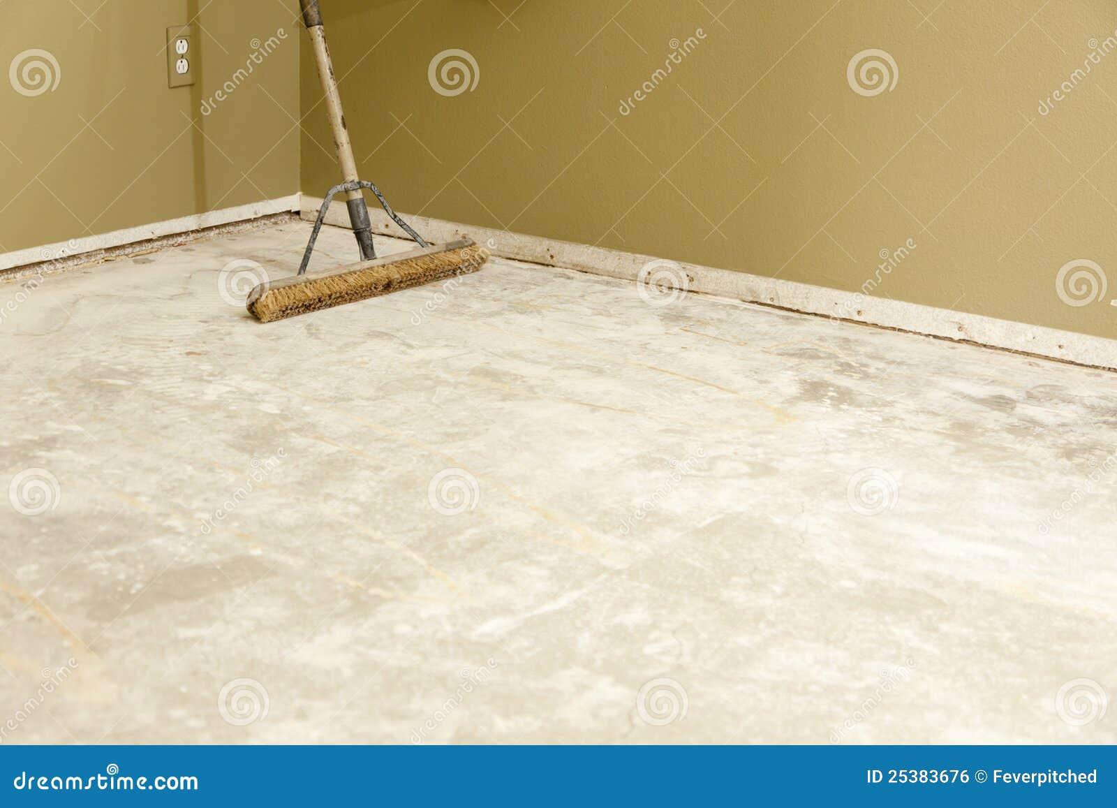 Fußboden Im Haus ~ Konkreter haus boden mit dem besen betriebsbereit zum fußboden des