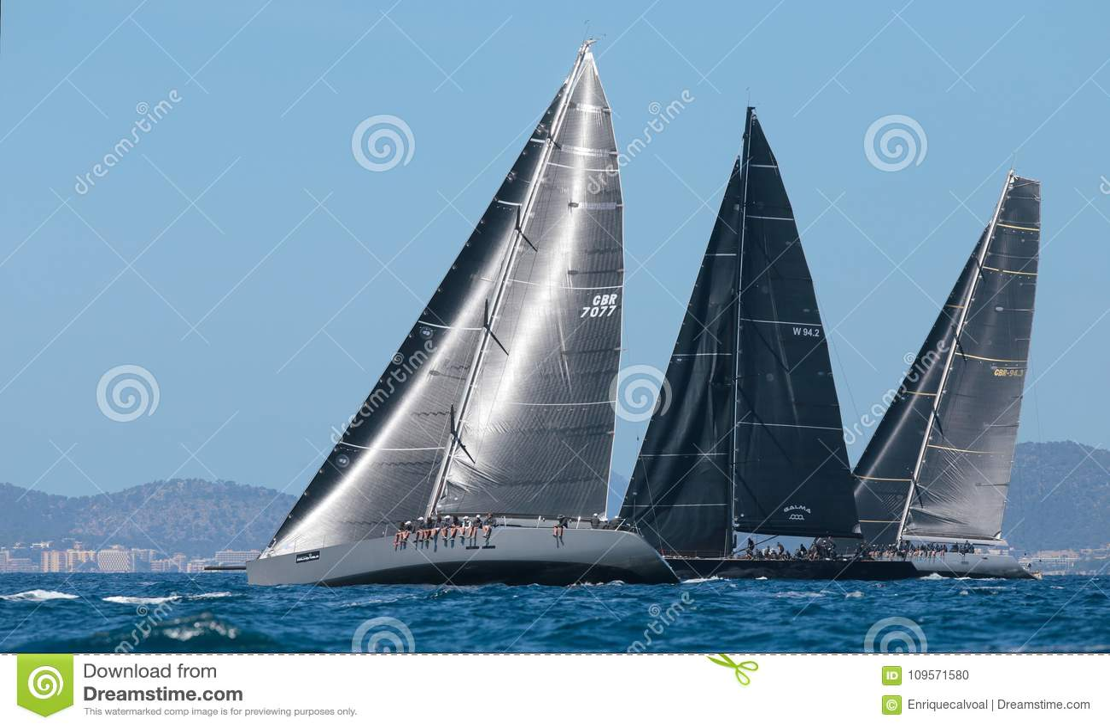 Konkurenci podczas Wally klasy regatta w Mallorca
