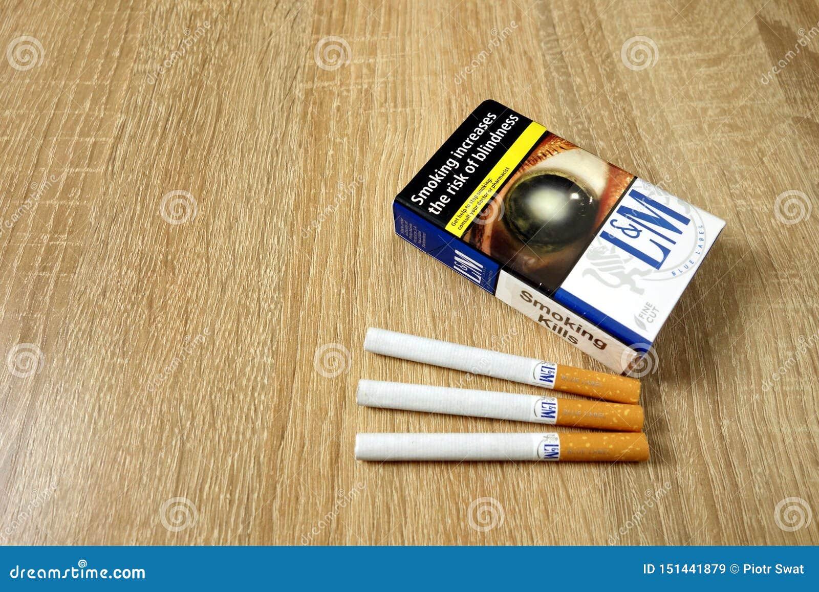KONSKIE, ПОЛЬША - 21-ое июня 2019: Голубой пакет LM сигарет на деревянном столе