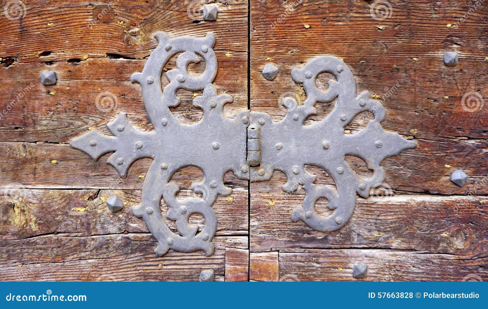 Konst för dörrgångjärnmontering av den gamla trädörren