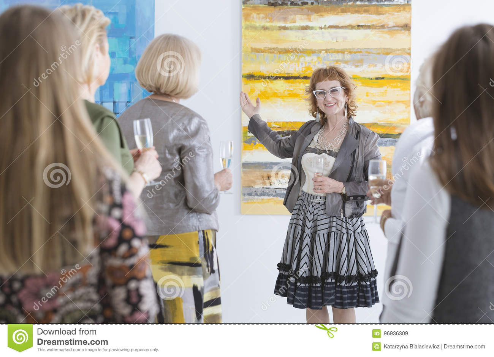 Konstnär som framlägger hennes målning
