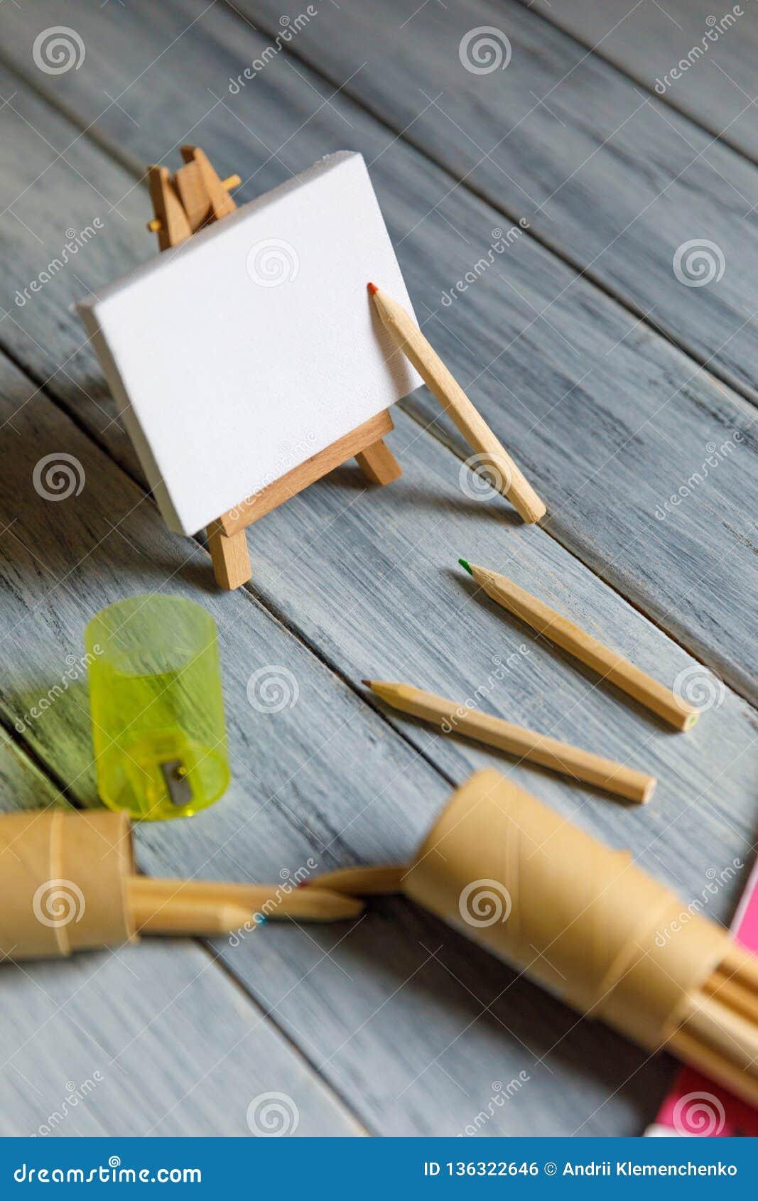Konstnärarbetsplats: Vit tabell av en konstnär med konsthjälpmedel för att dra
